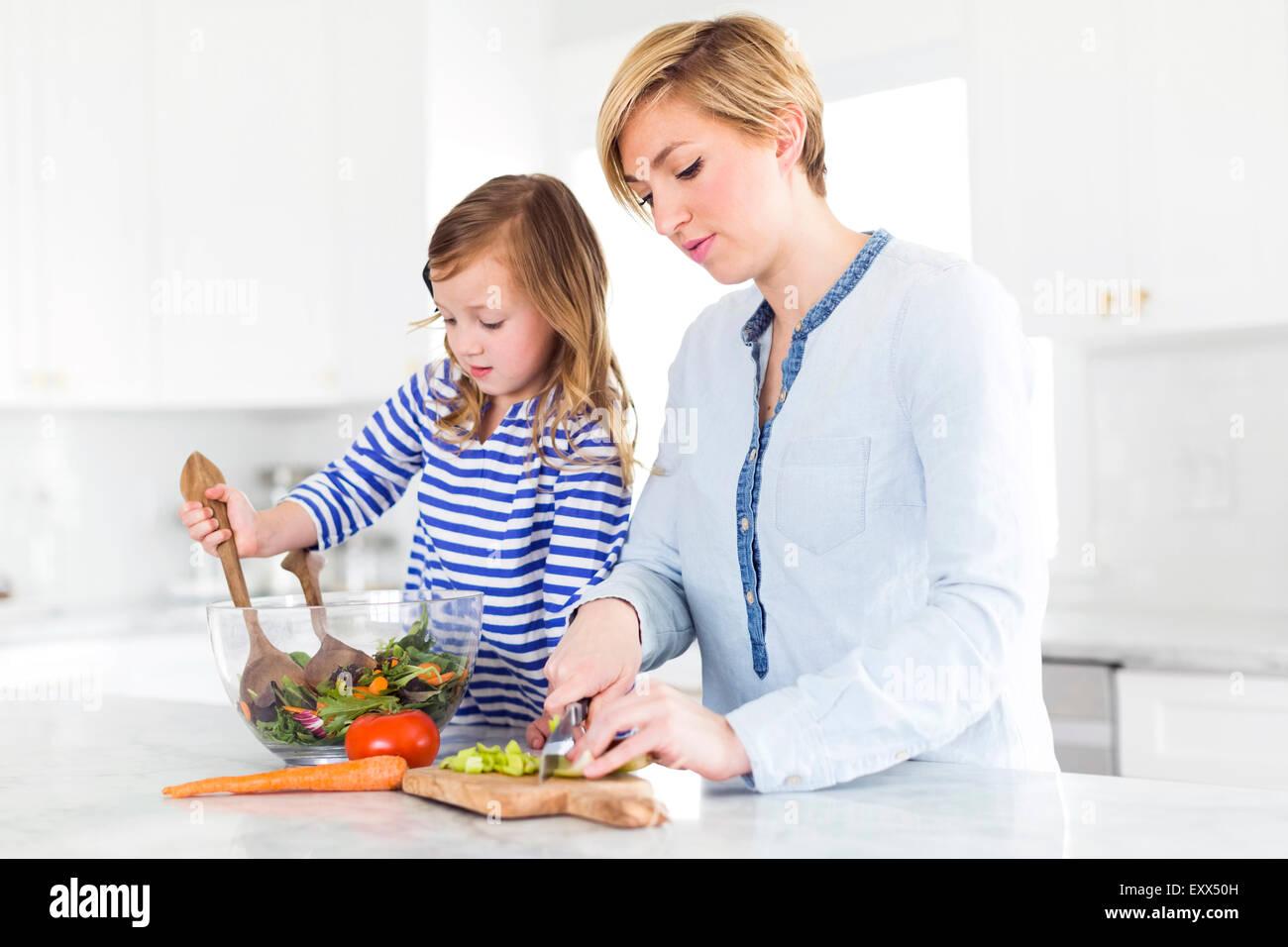Mère et fille (4-5) preparing salad Photo Stock