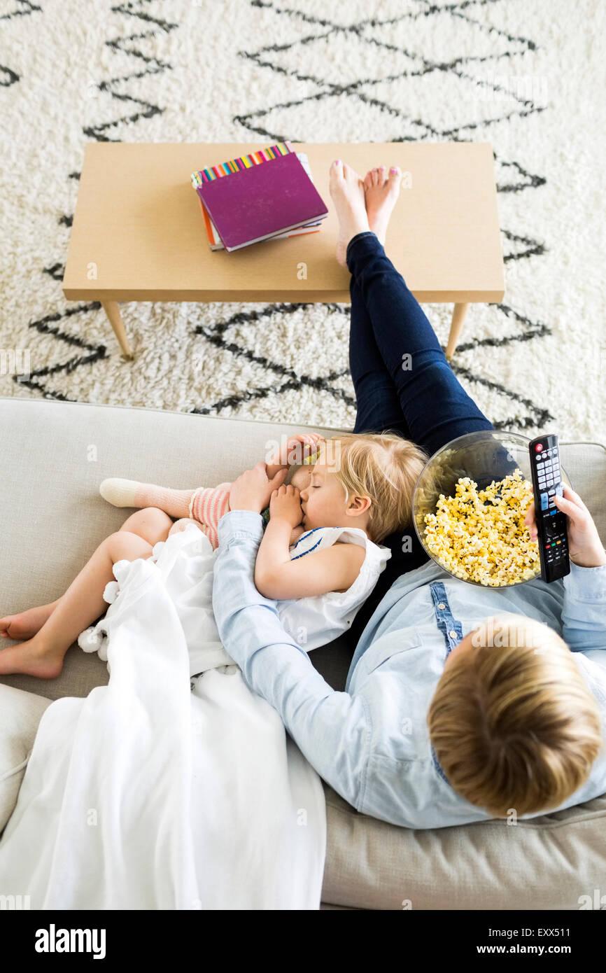 Girl (2-3) dormir sur les genoux de maman Photo Stock