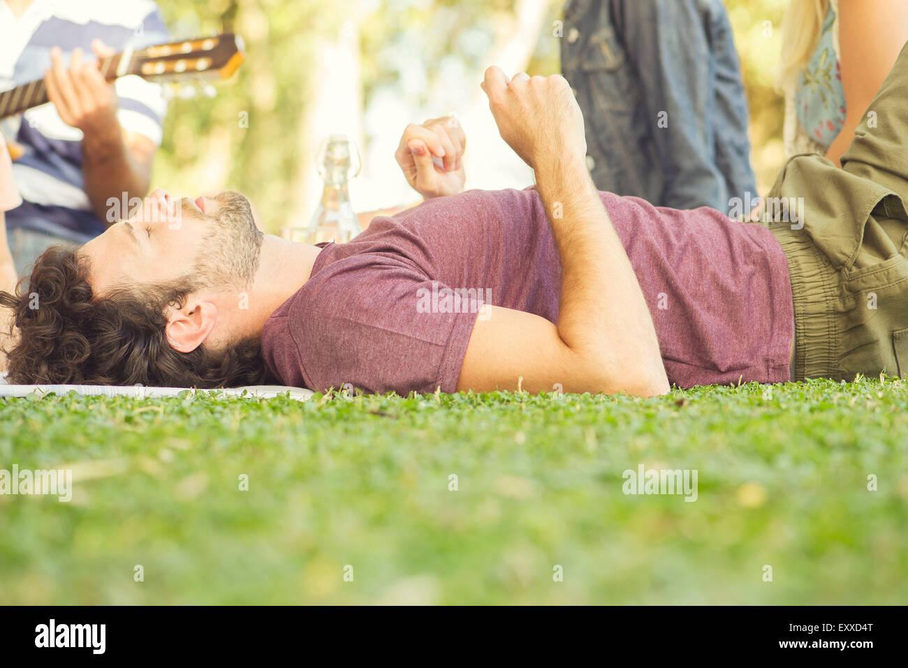 Pique-nique à la sieste de l'homme Photo Stock