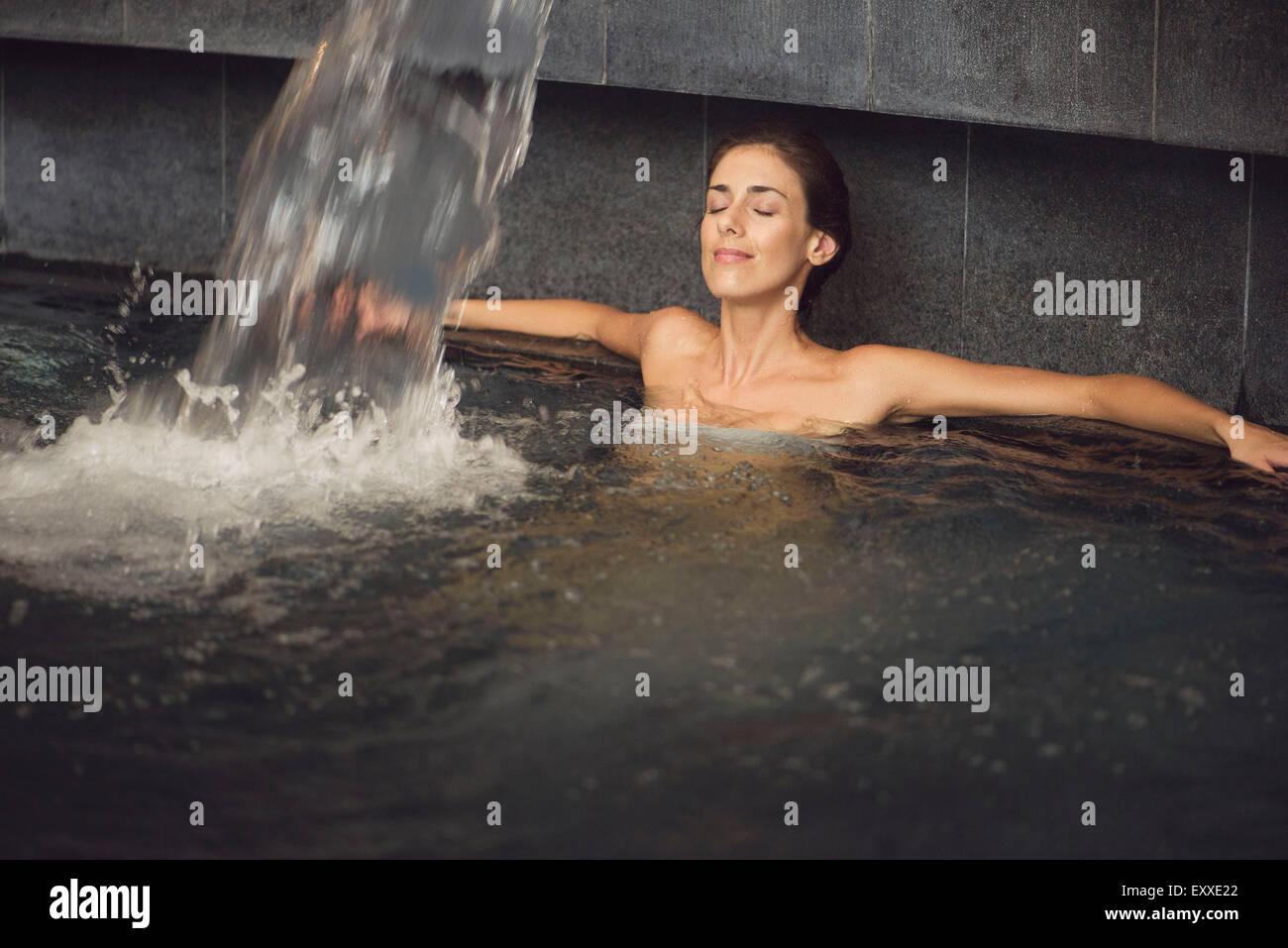 Femme baignant dans la piscine spa Photo Stock