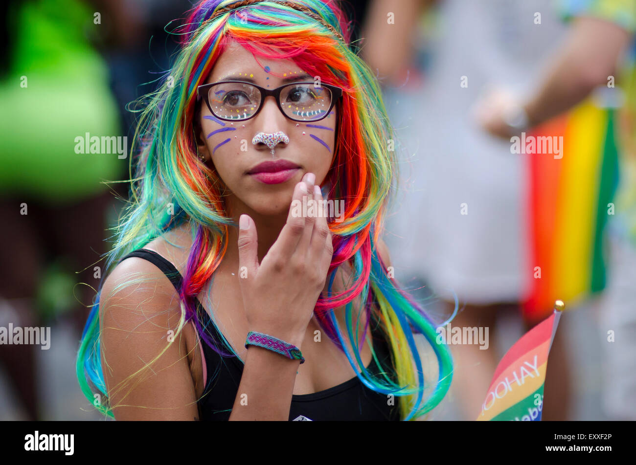 La VILLE DE NEW YORK, USA - 28 juin 2015: jeune femme vêtue de perruque colorée se penche sur les Photo Stock