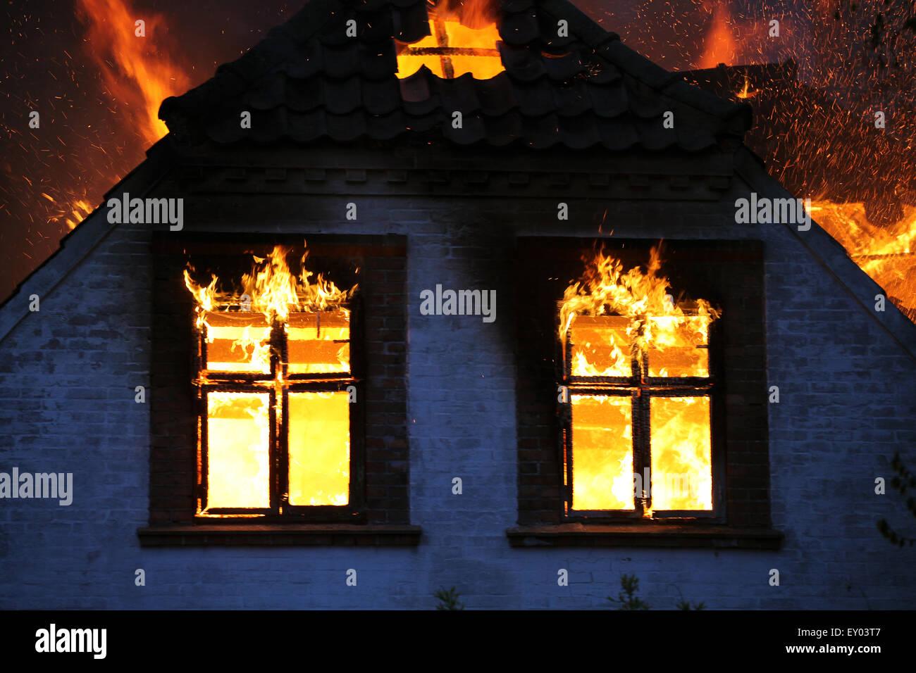 Feu à la maison. En brûlant des flammes sauvages. Photo Stock