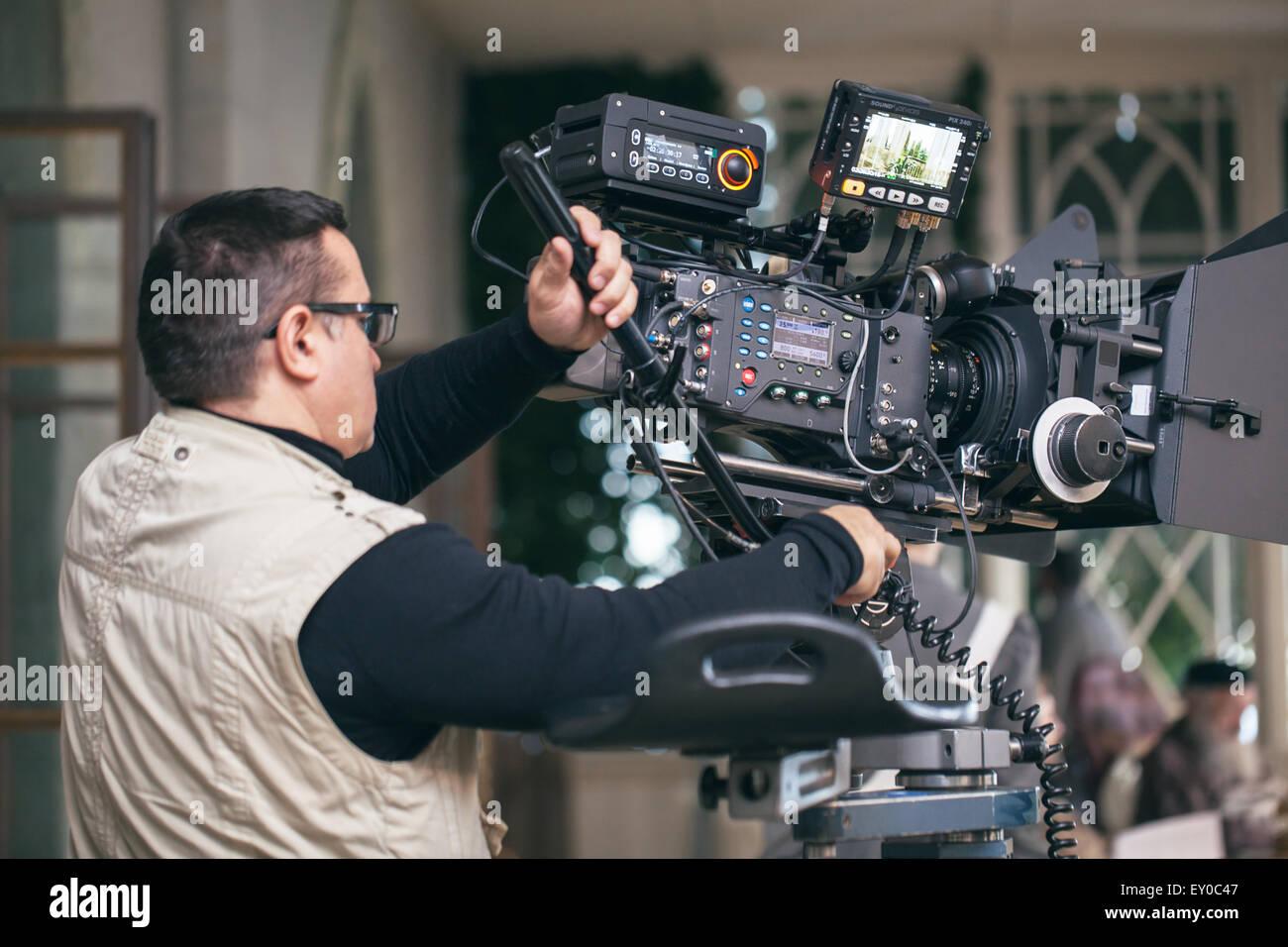 L'homme au travail de l'appareil photo professionnel Banque D'Images
