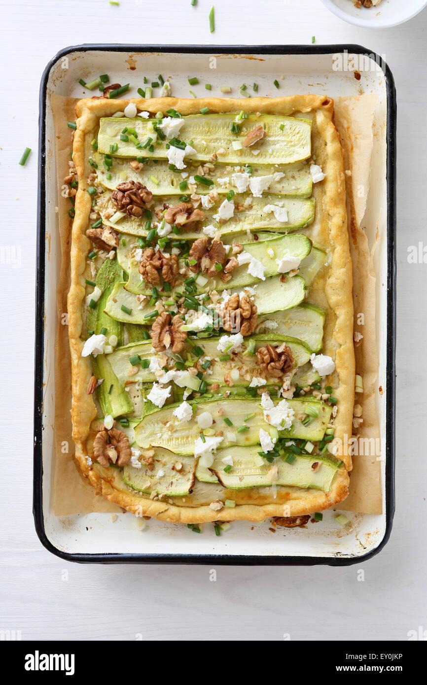 Tarte avec zucchine tranche sur une tôle à biscuits Photo Stock