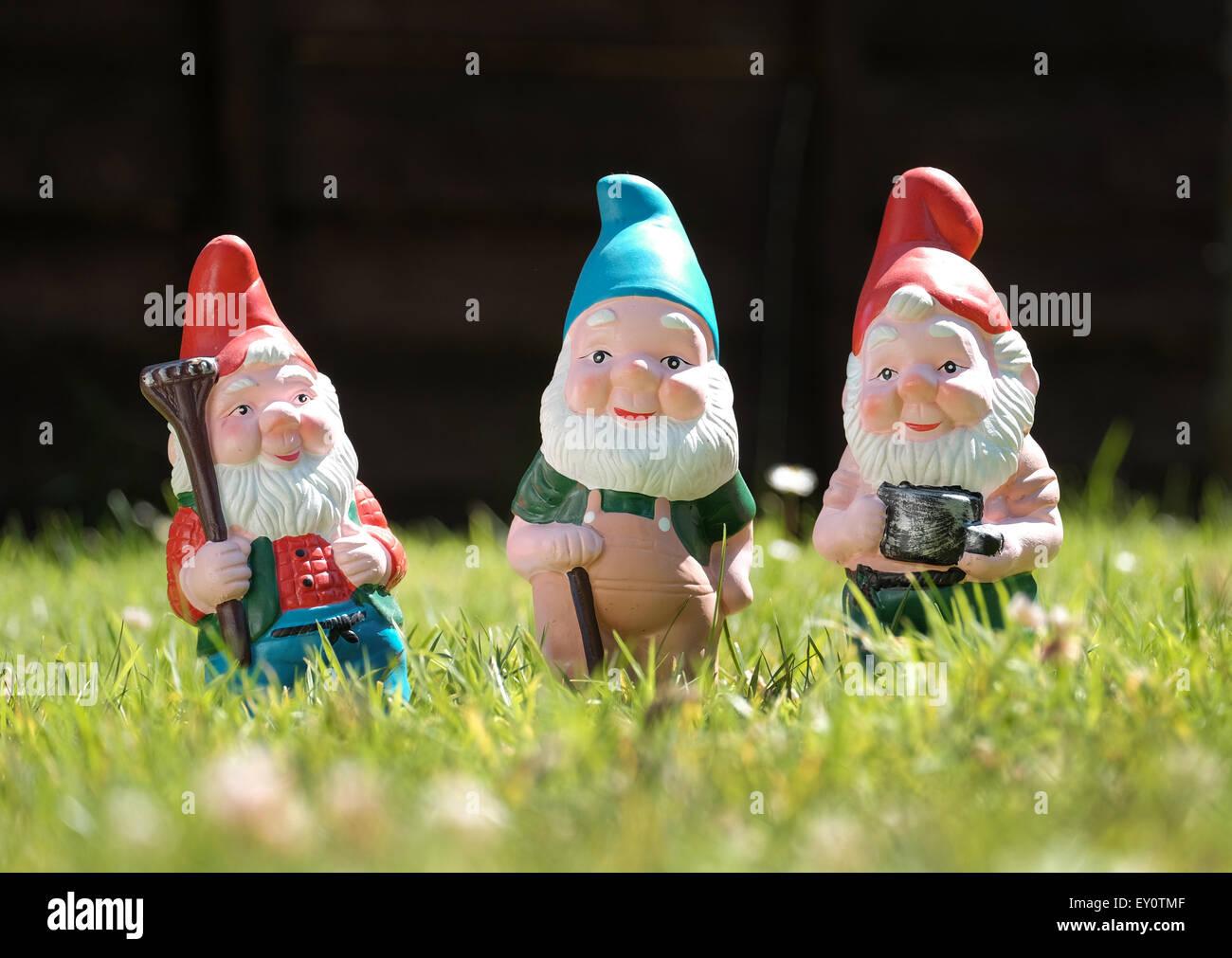 Les nains de jardin qui est représenté sur la pelouse d'un jardin ensoleillé Photo Stock