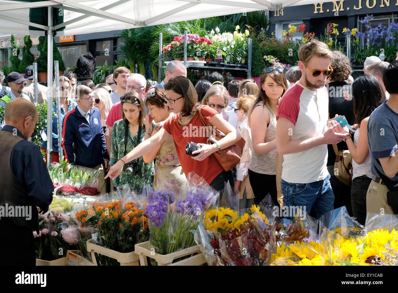 Les gens qui achètent des fleurs à Columbia Road Market Photo Stock
