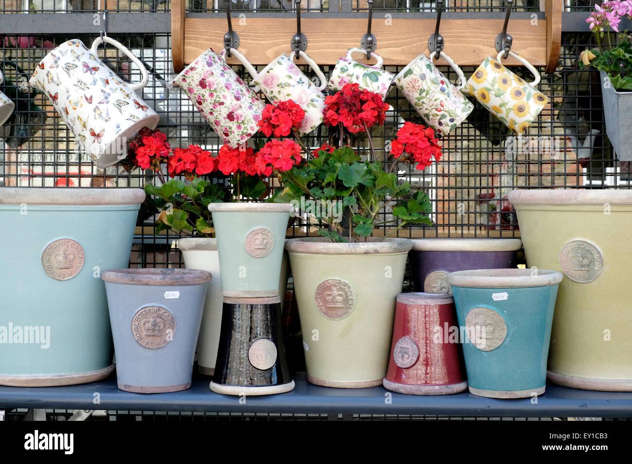Les accessoires de jardin en exposition dans un magasin, Columbia Road Flower Market Photo Stock