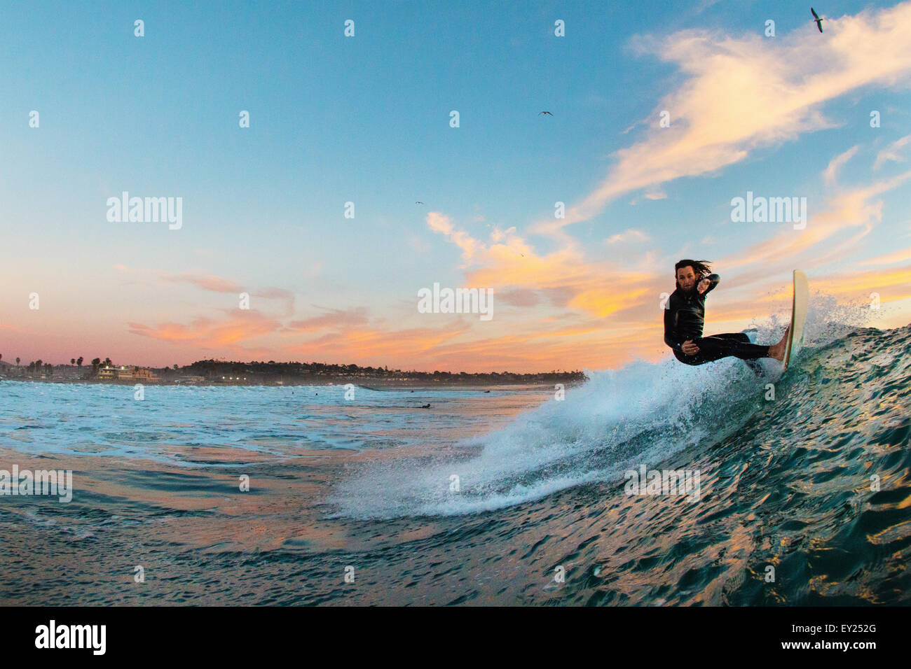 Jeune homme surf surfer une vague, Cardiff-by-the-Sea, California, USA Photo Stock