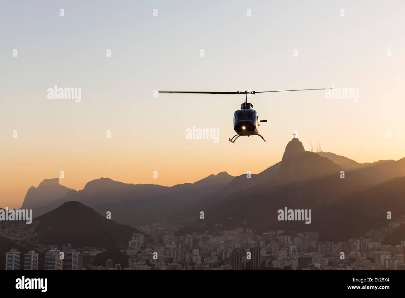Vue d'hélicoptère qui se profile et le Christ Rédempteur à l'aube, Rio de Janeiro, Brésil Banque D'Images