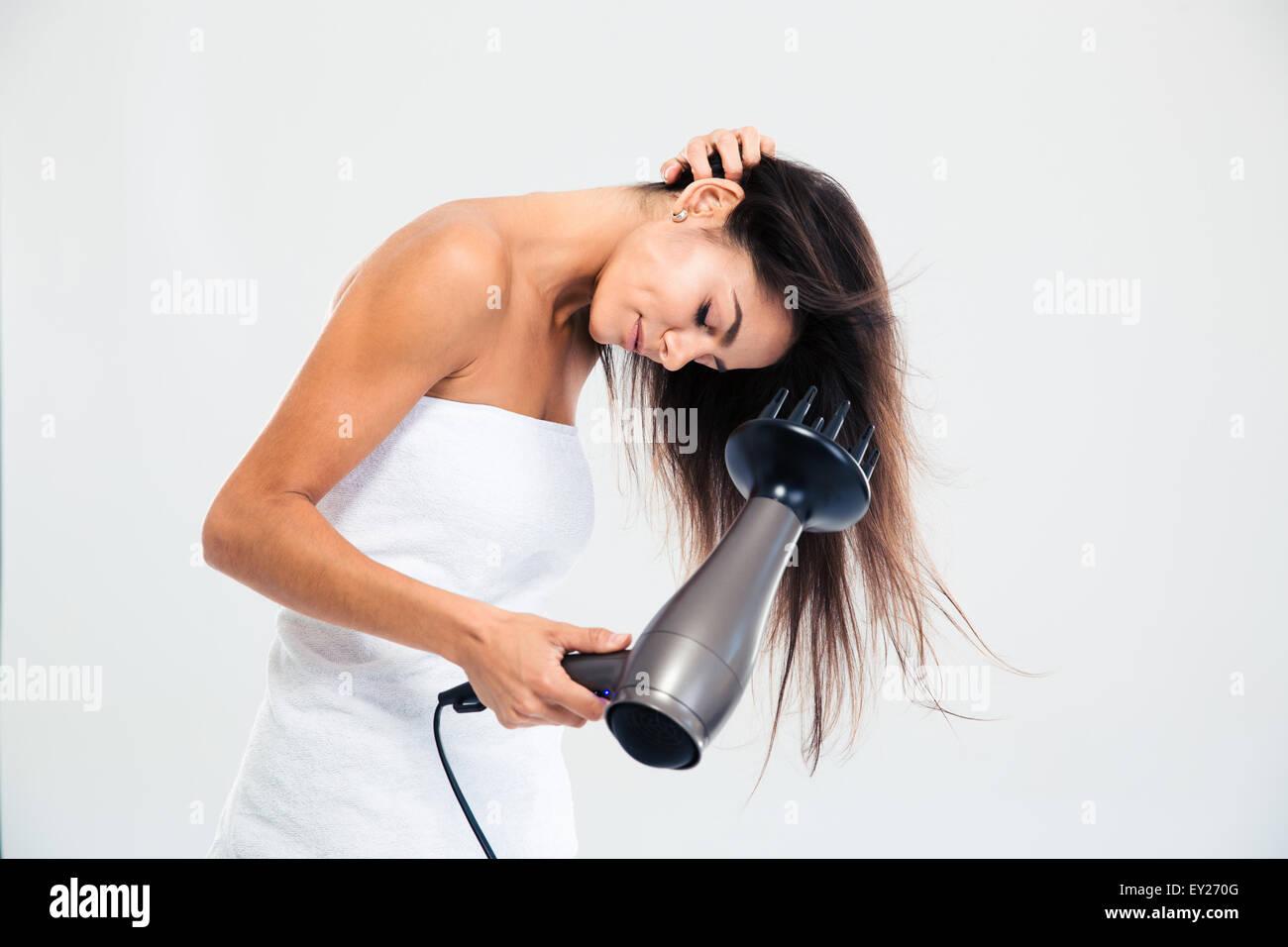 Jeune femme le séchage à la serviette dans ses cheveux isolé sur fond blanc Photo Stock