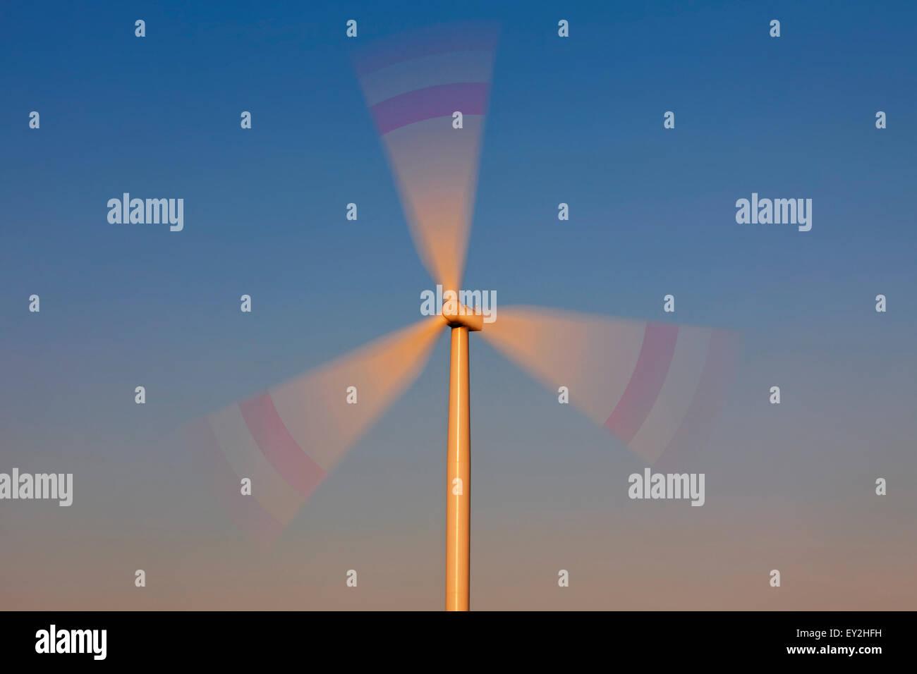 Les lames de rotor de turbine de vent contre le ciel bleu Photo Stock