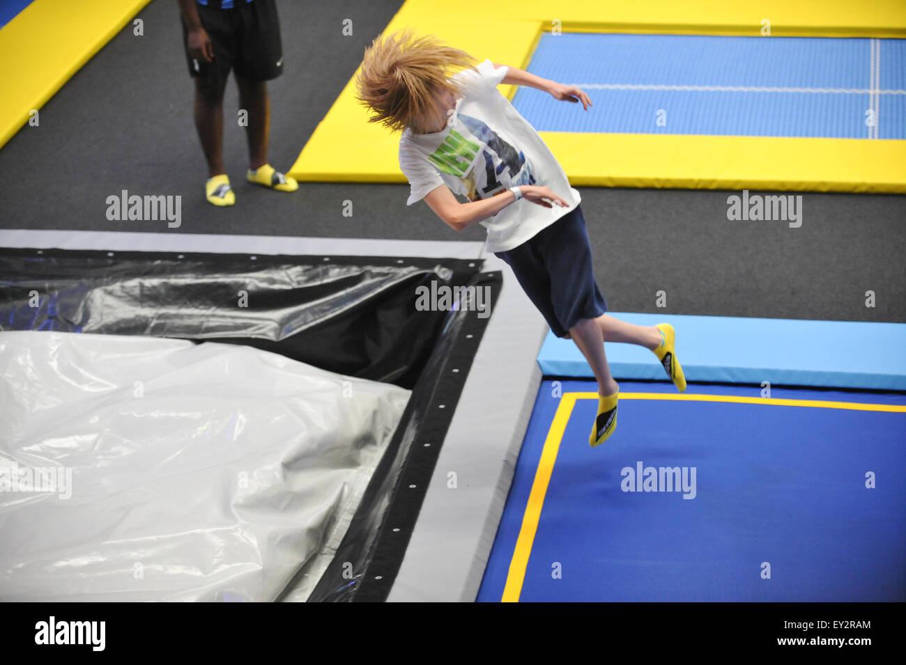 Le premier parc de trampolines Freejumping oxygène ouvre à Acton, l'ouest de Londres, avec une variété Photo Stock