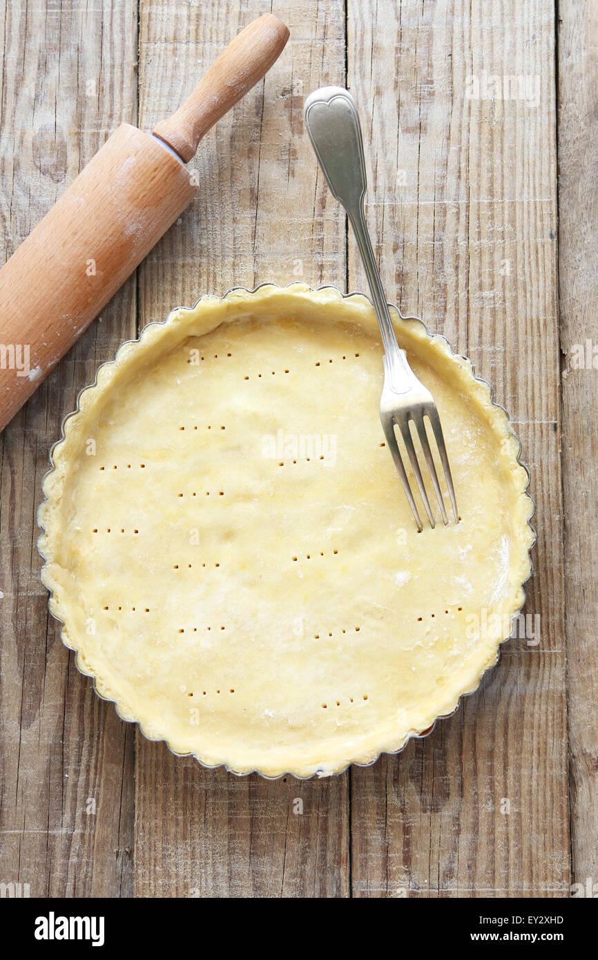 Plat à tarte à base de pâte avant d'être rempli pour le faire cuire.vue d'en haut. Photo Stock