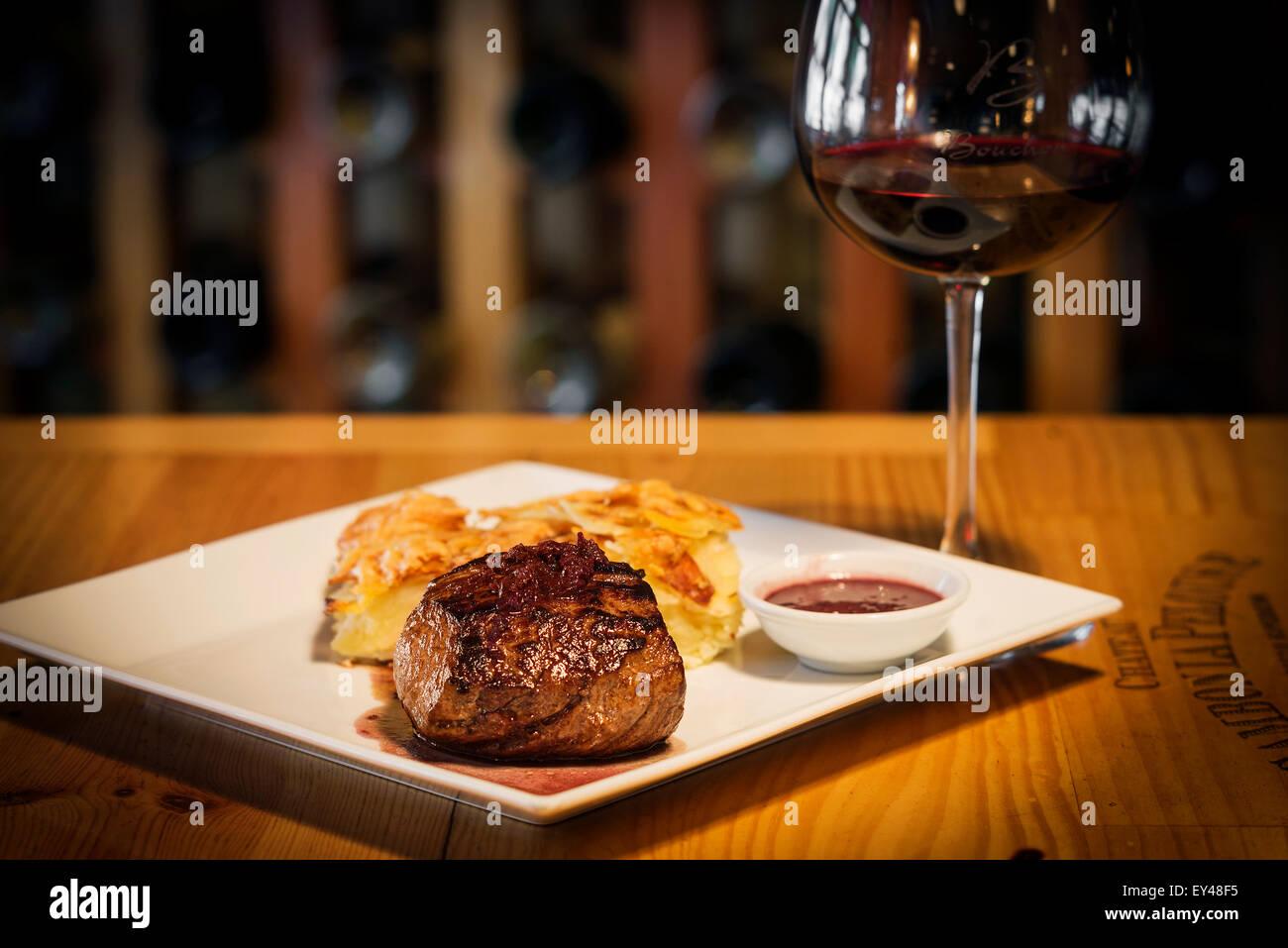 Steak avec pommes de terre et au fromage cuire Photo Stock