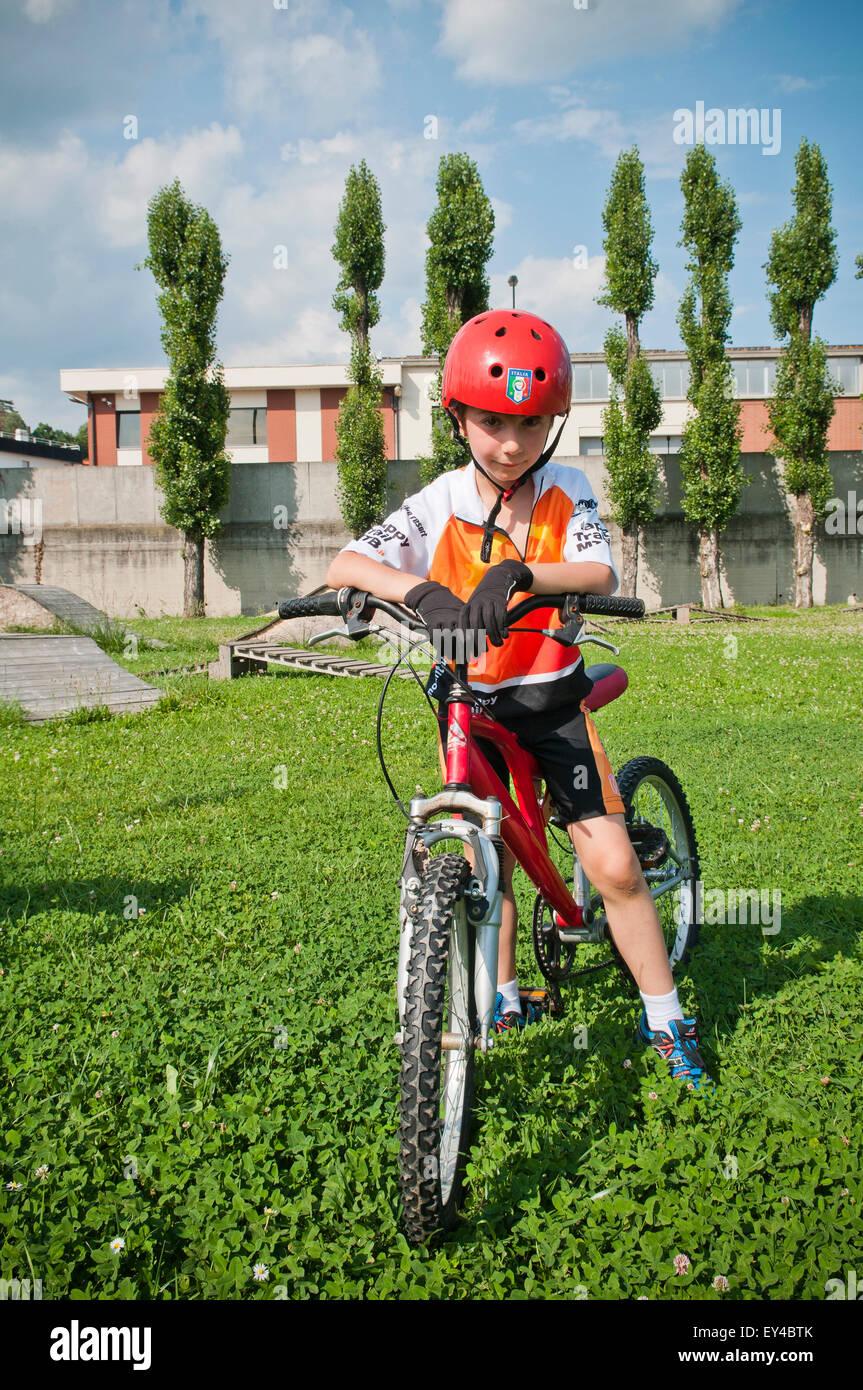Jeune garçon au casque sur vtt Photo Stock