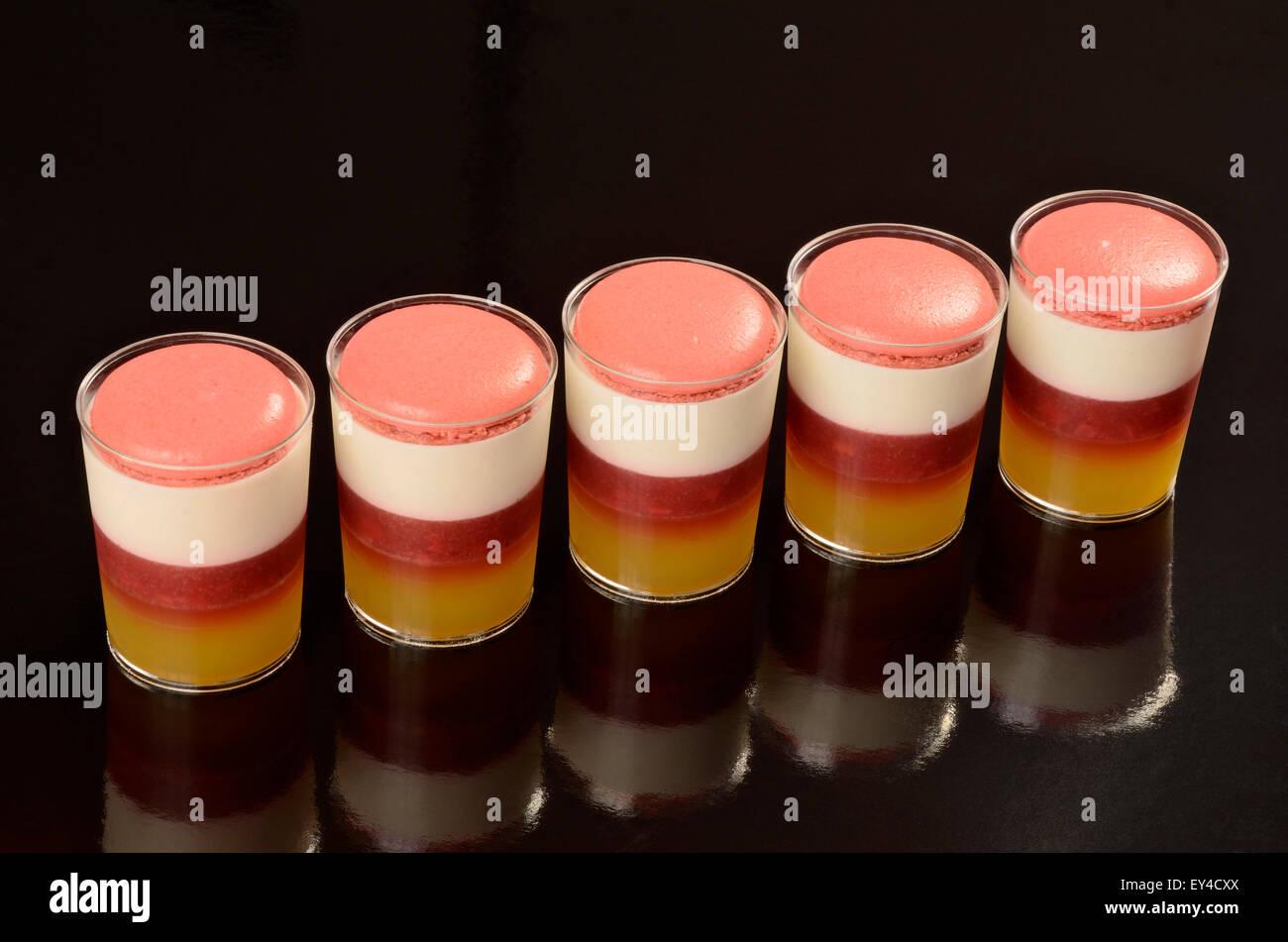 Macaron Fraise et desserts en verrines Photo Stock