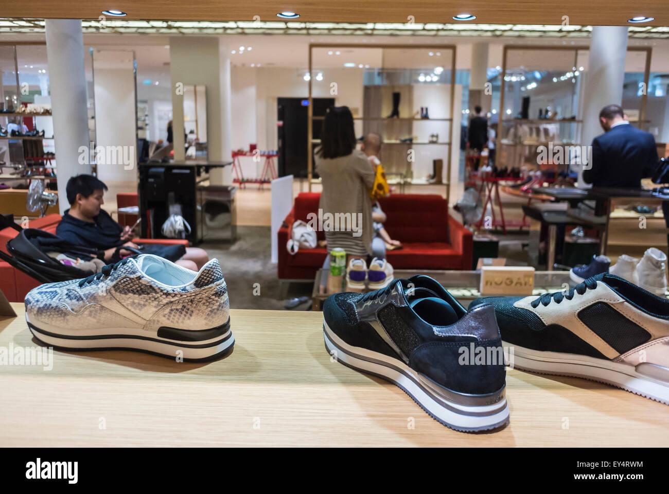 ddd62b38fc0d92 Paris, France, de détail, à l'intérieur du magasin de chaussures de luxe,  marques de mode Shopping in French Department Store,