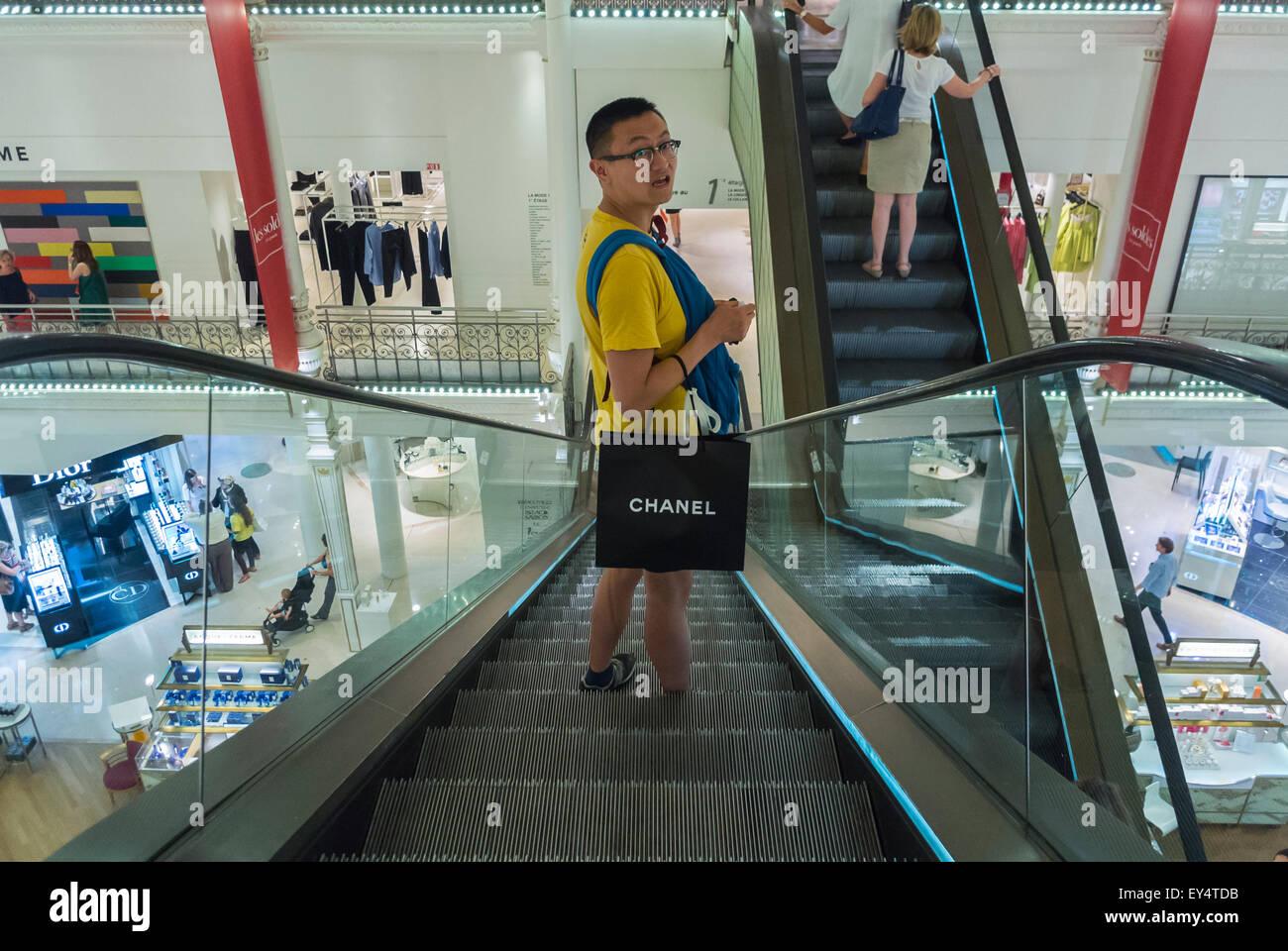 Paris, France, les touristes chinois les plus grandes marques de mode de  luxe Shopping f90519597ed