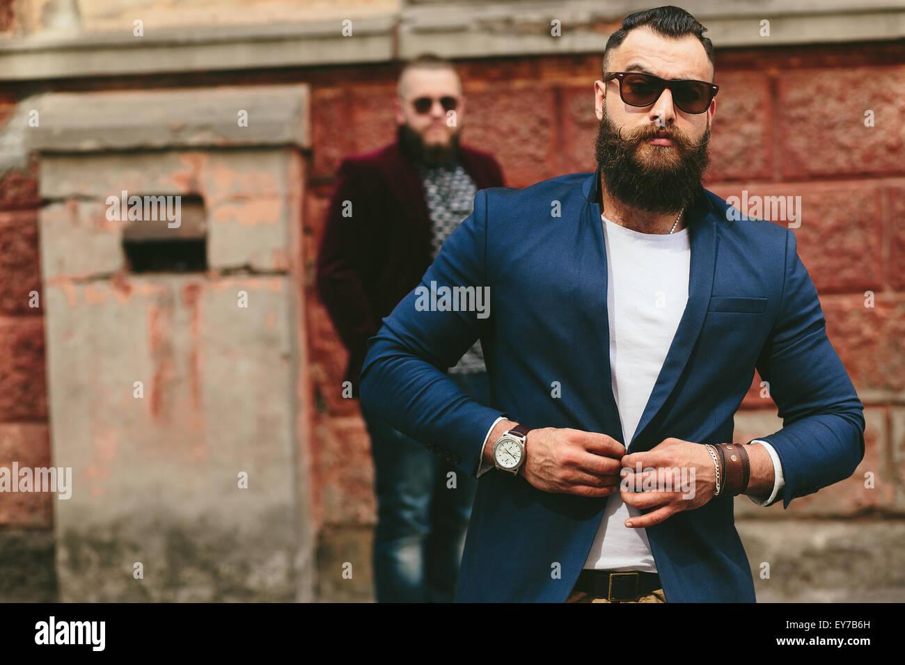 Deux hommes barbus sur le contexte de l'autre Photo Stock