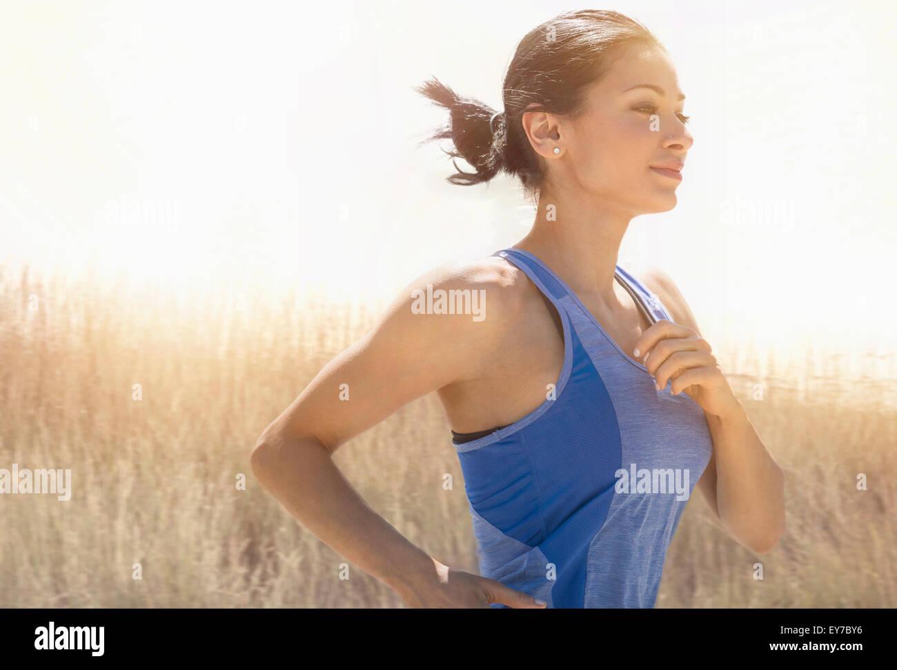 Jeune femme tournant à l'extérieur Photo Stock