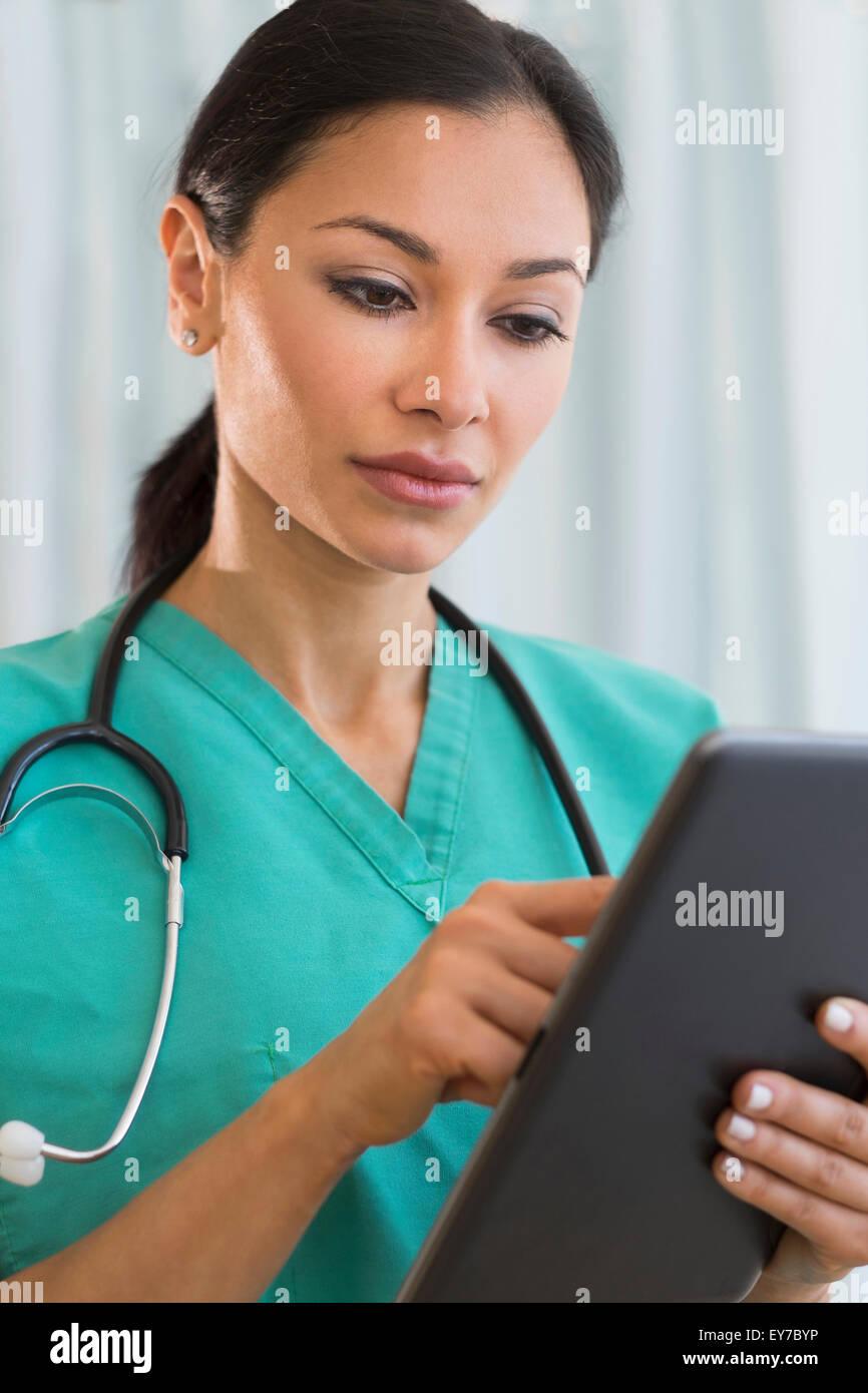 Doctor using digital tablet Banque D'Images