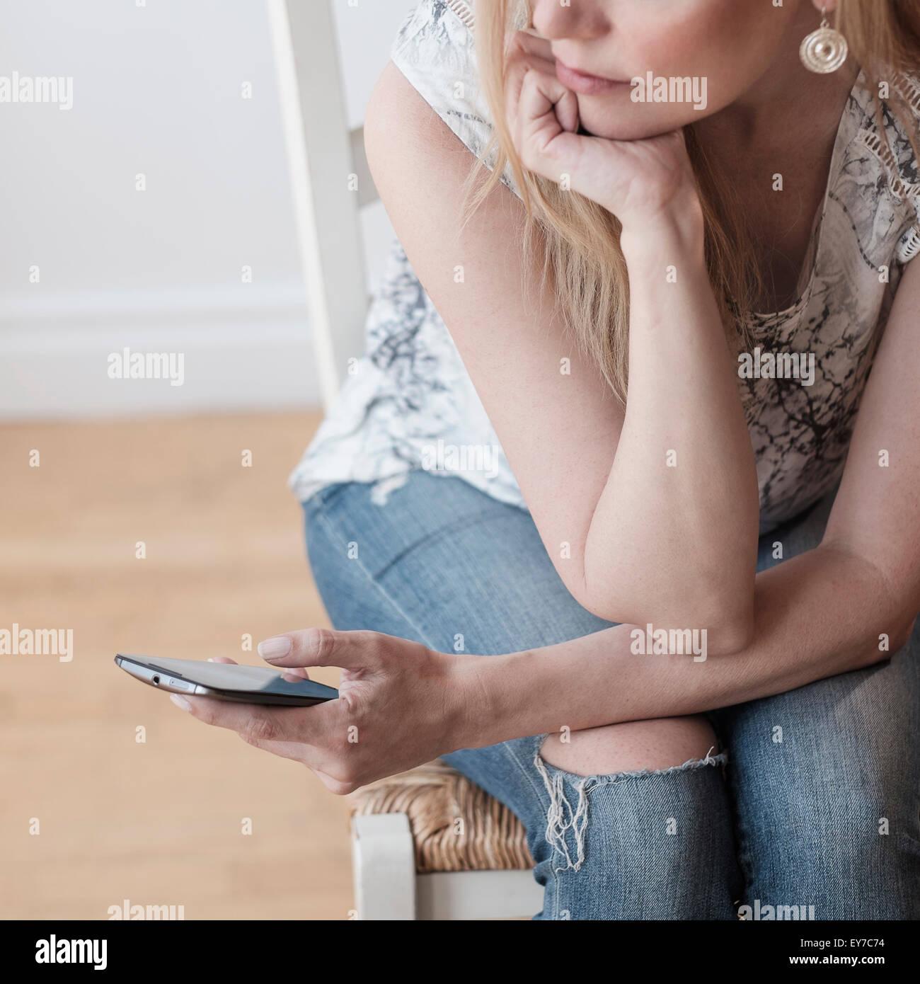Femme à l'aide de smart phone Banque D'Images