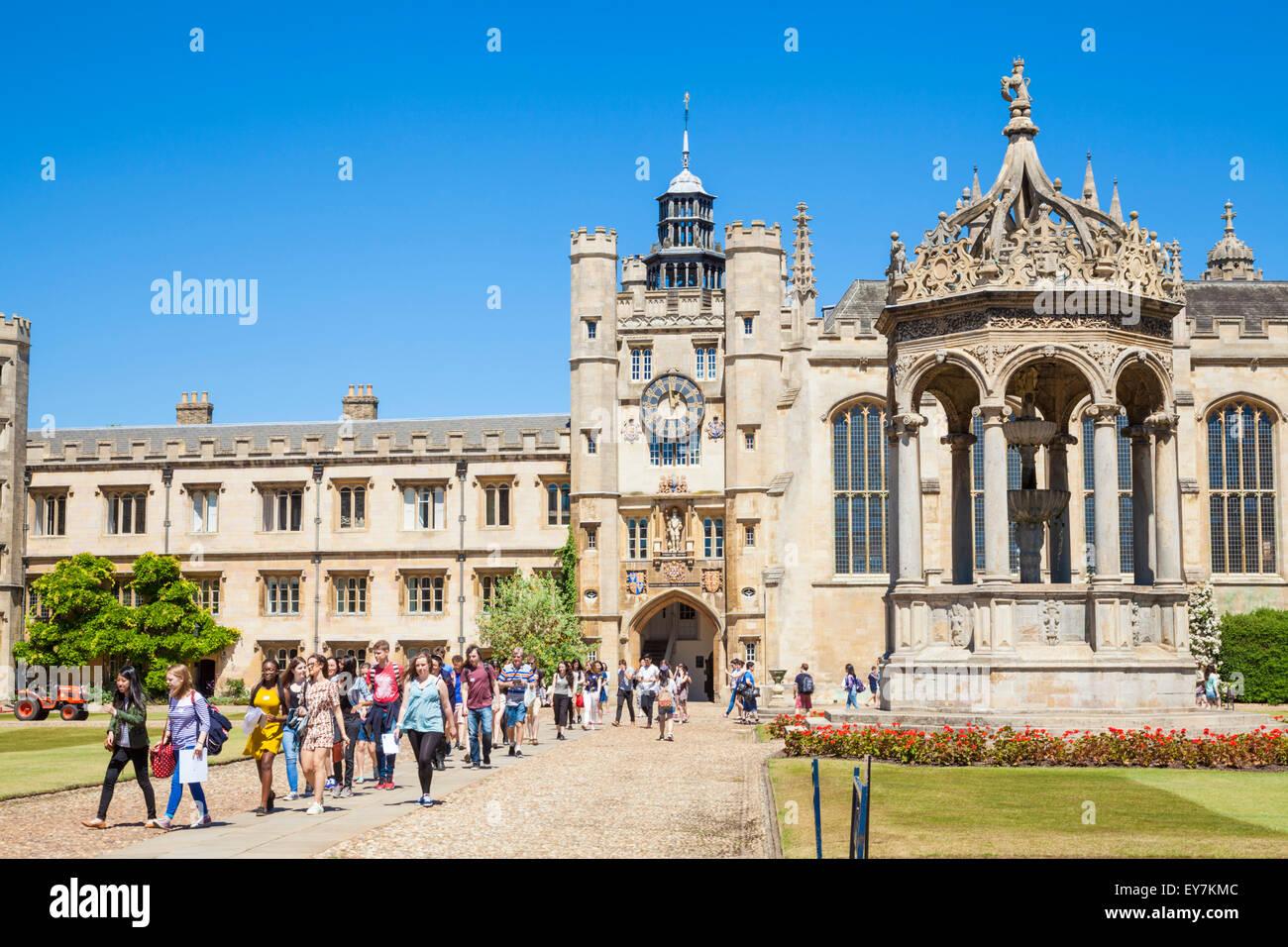 Les étudiants de l'université dans la grande cour du Trinity College de l'Université de Cambridge Photo Stock
