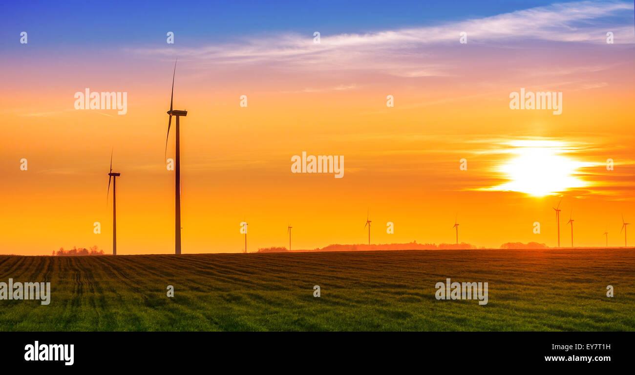 Concept d'énergie renouvelable, des moulins à vent au coucher du soleil. Photo Stock