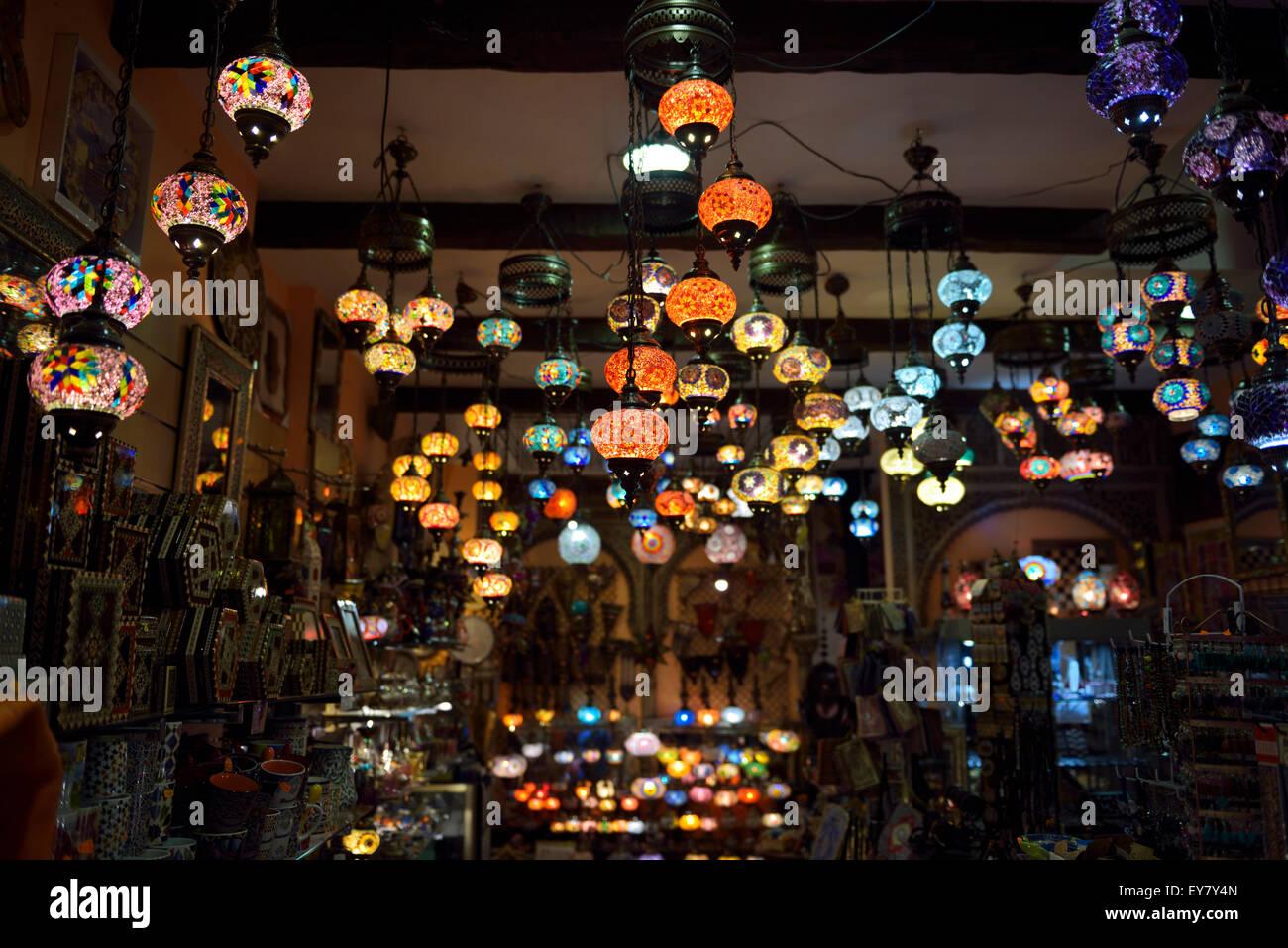 Lanternes mauresques pendaison de perles de verre dans un magasin à Grenade Espagne alcaiceria Photo Stock