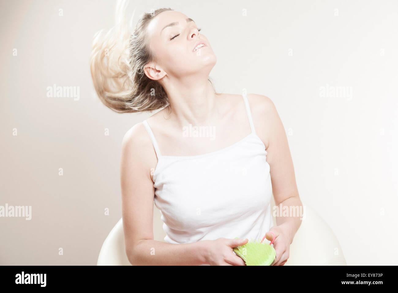 Jeune femme jetant ses cheveux Photo Stock
