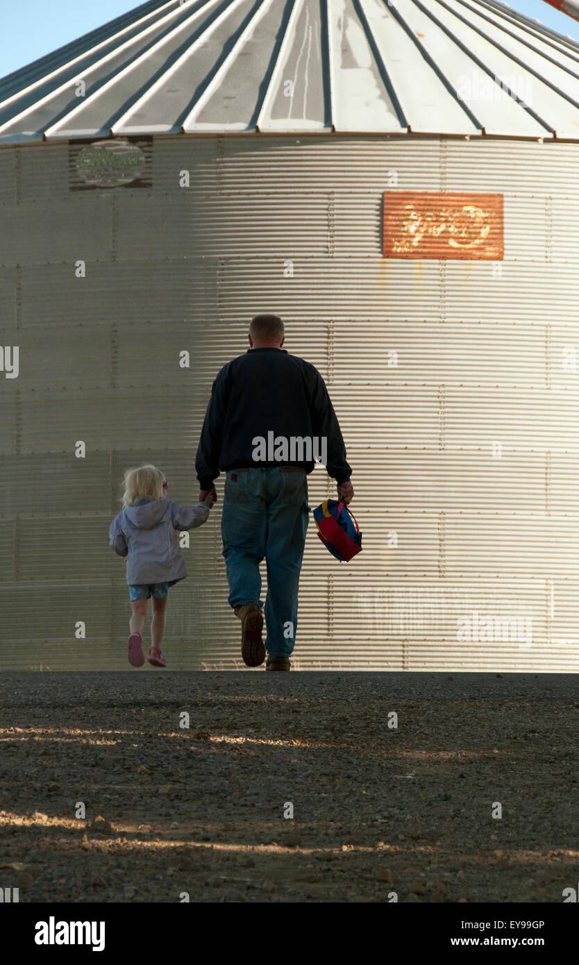 Fille,agriculteur,tenant la main,Silo,Iowa Banque D'Images
