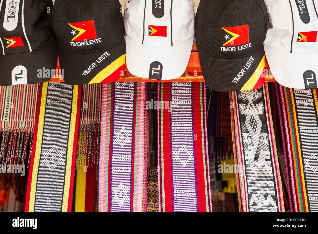Chapeaux et textiles timorais à vendre à Dili Tais marché; à Dili, au Timor oriental Banque D'Images
