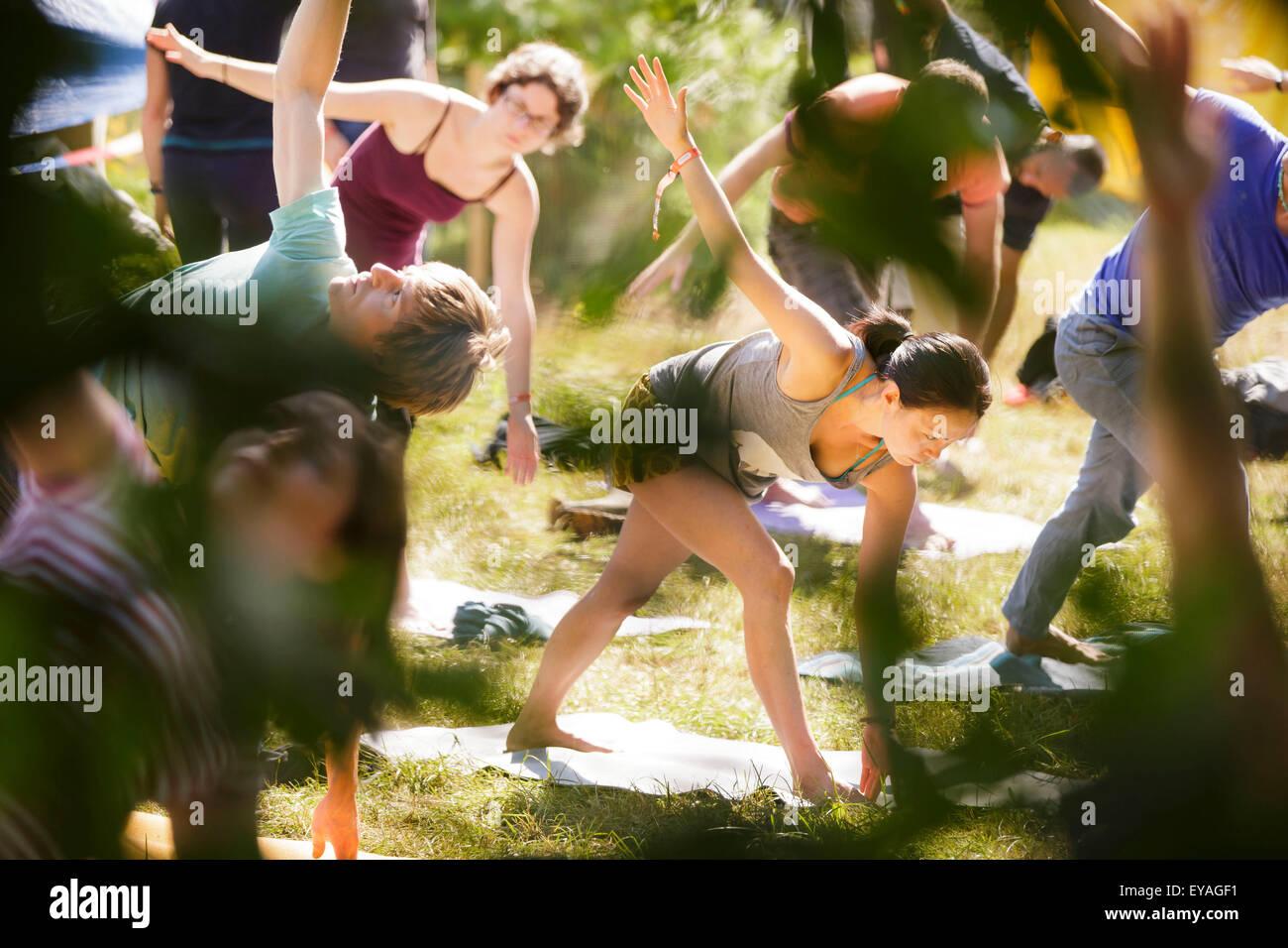 Charlton Park, Wiltshire, Royaume-Uni. Le 25 juillet, 2015. Les gens pratiquent le yoga dans le soleil du matin Photo Stock