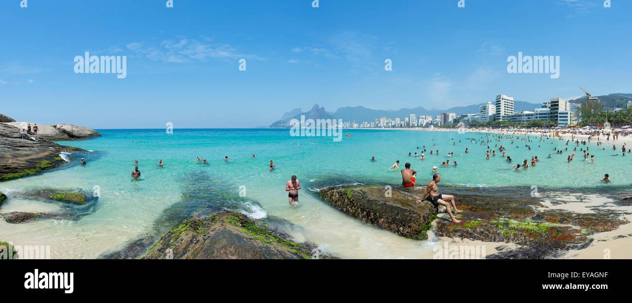 RIO DE JANEIRO, Brésil - le 17 janvier 2015: amateurs de profiter d'une mer calme à l'Arpoador Photo Stock