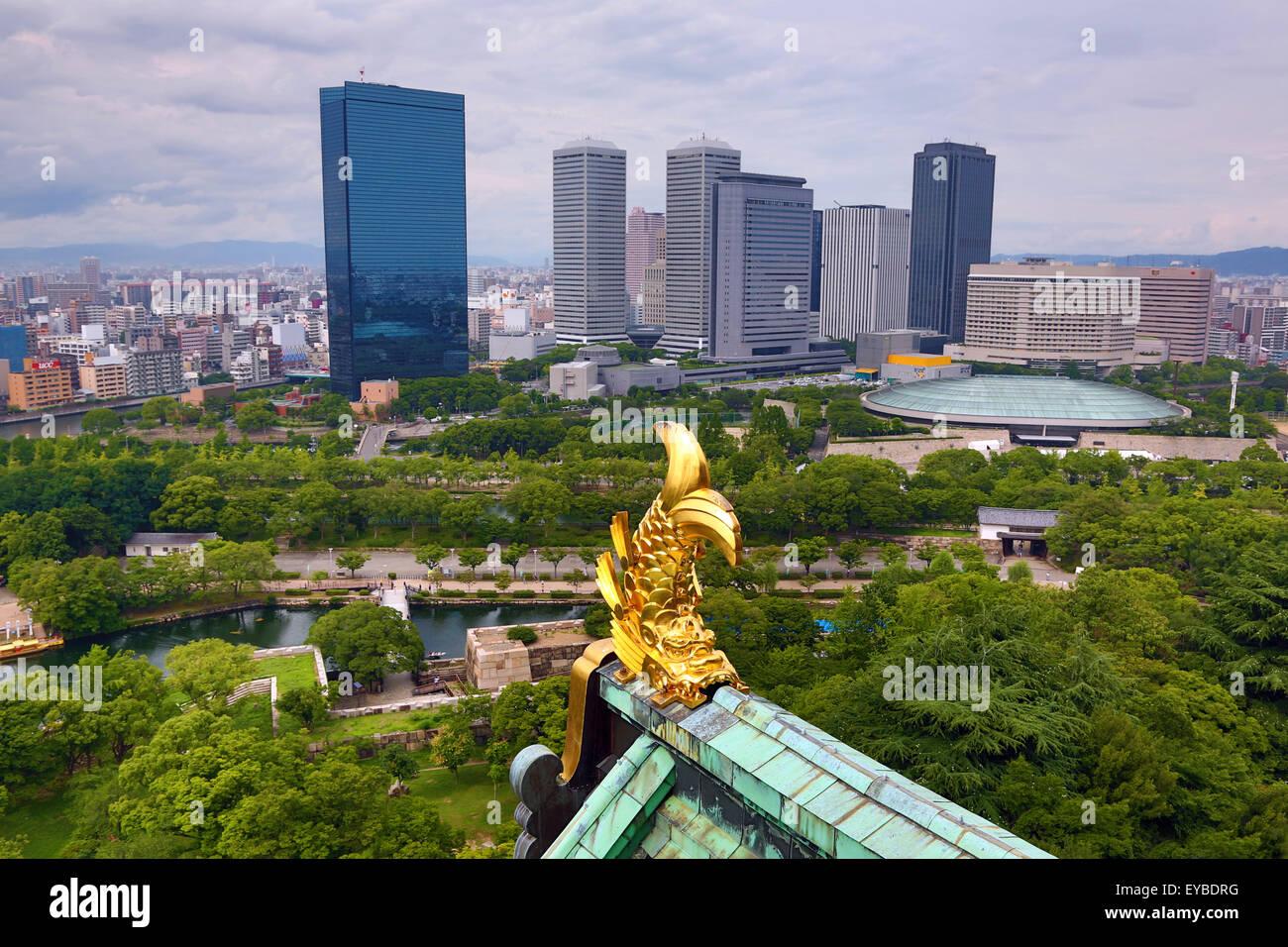 Poisson d'or décoration toit sur le château d'Osaka et gratte-ciel, Osaka, Japon Banque D'Images