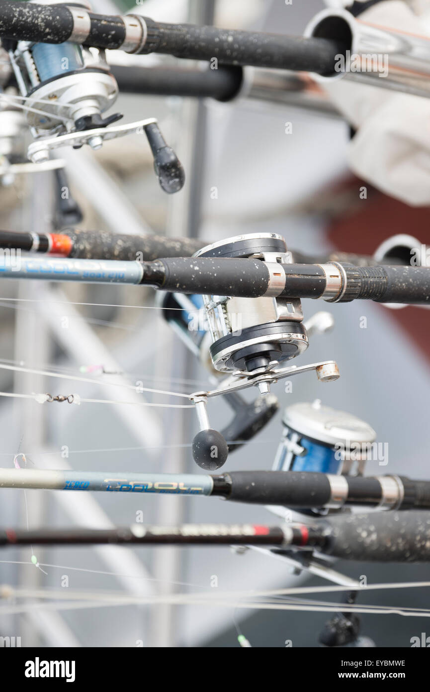 Des cannes à pêche sur un bateau à moteur Photo Stock