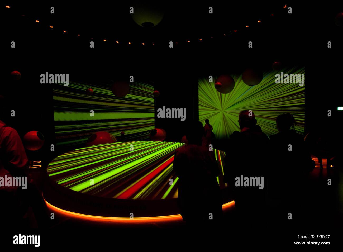 Les personnes au centre des visiteurs du CERN à Genève, Suisse. Le CERN est l'Organisation européenne Photo Stock
