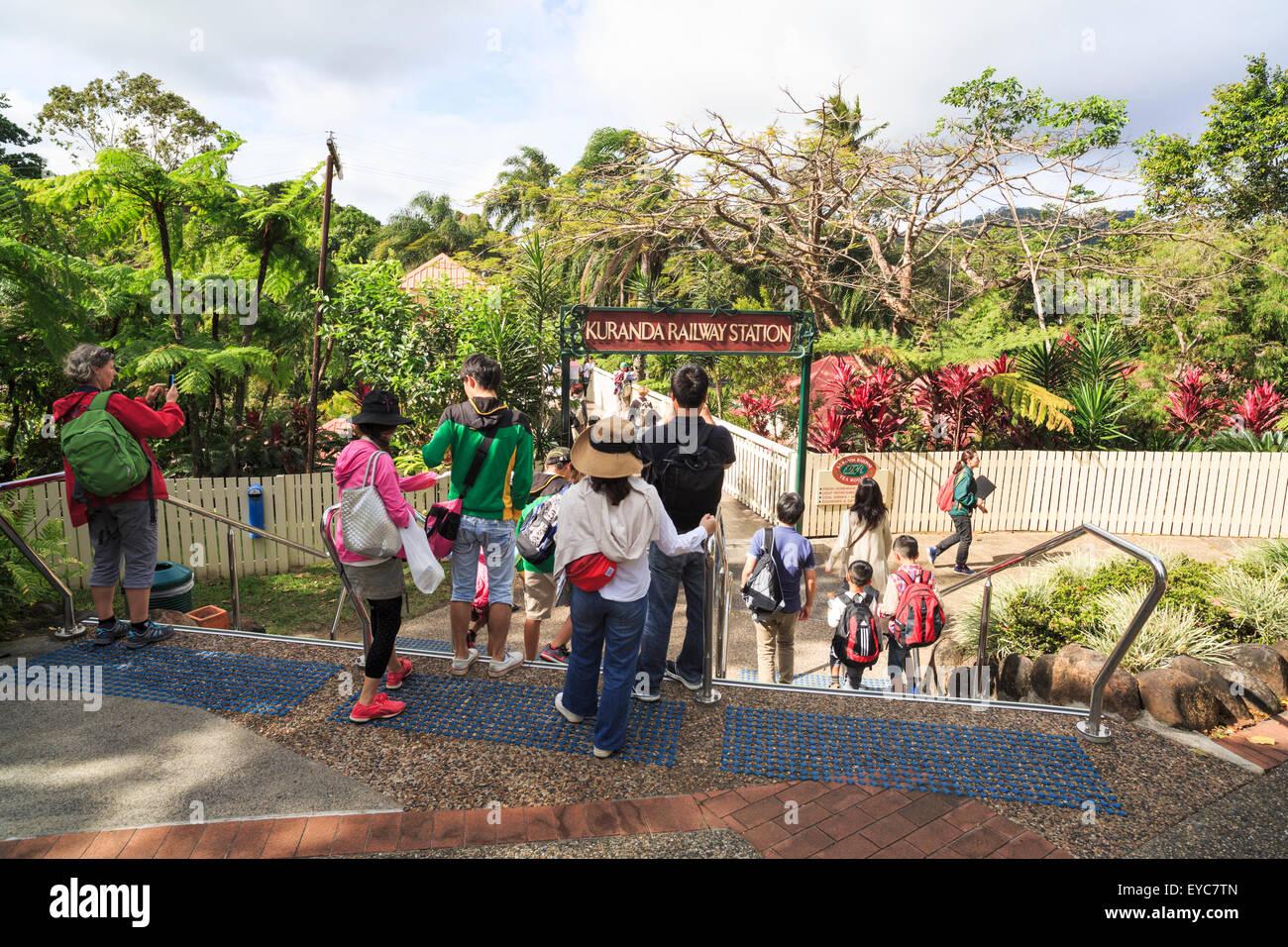 Les touristes à l'extérieur de la gare de Kuranda Banque D'Images
