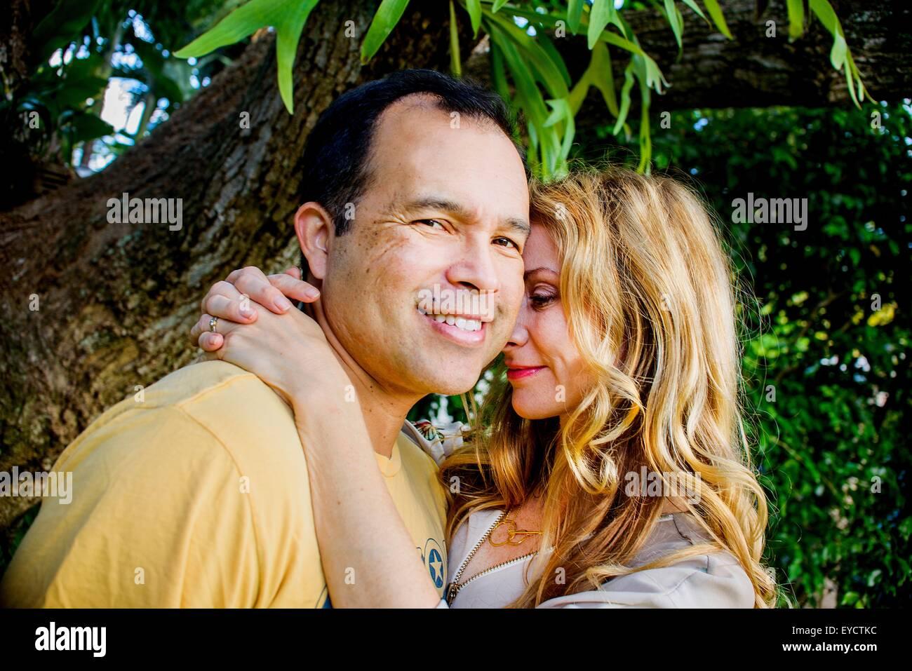 Portrait of mature couple affectueux dans jardin Photo Stock