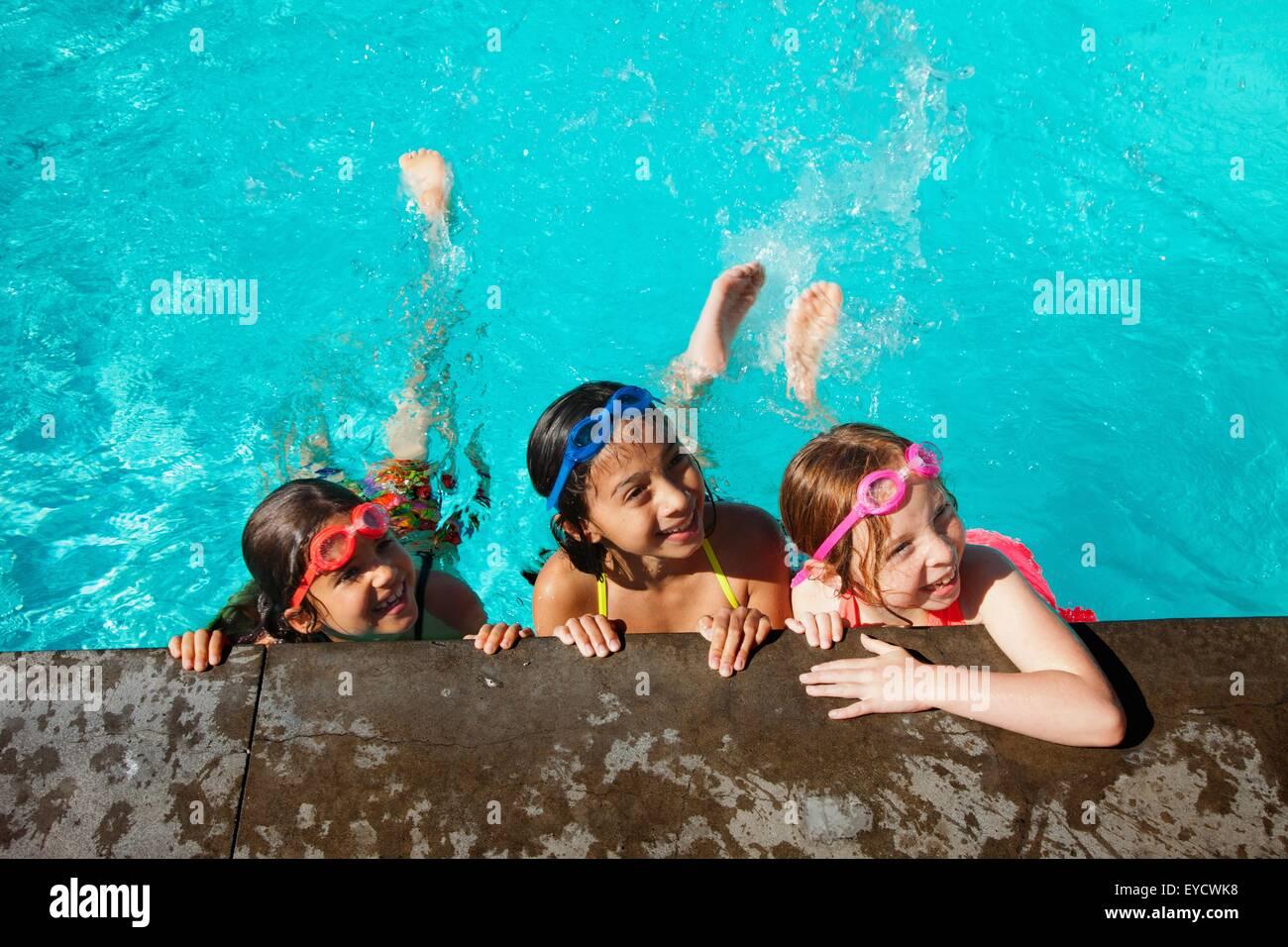 Les filles au bord de la piscine Banque D'Images