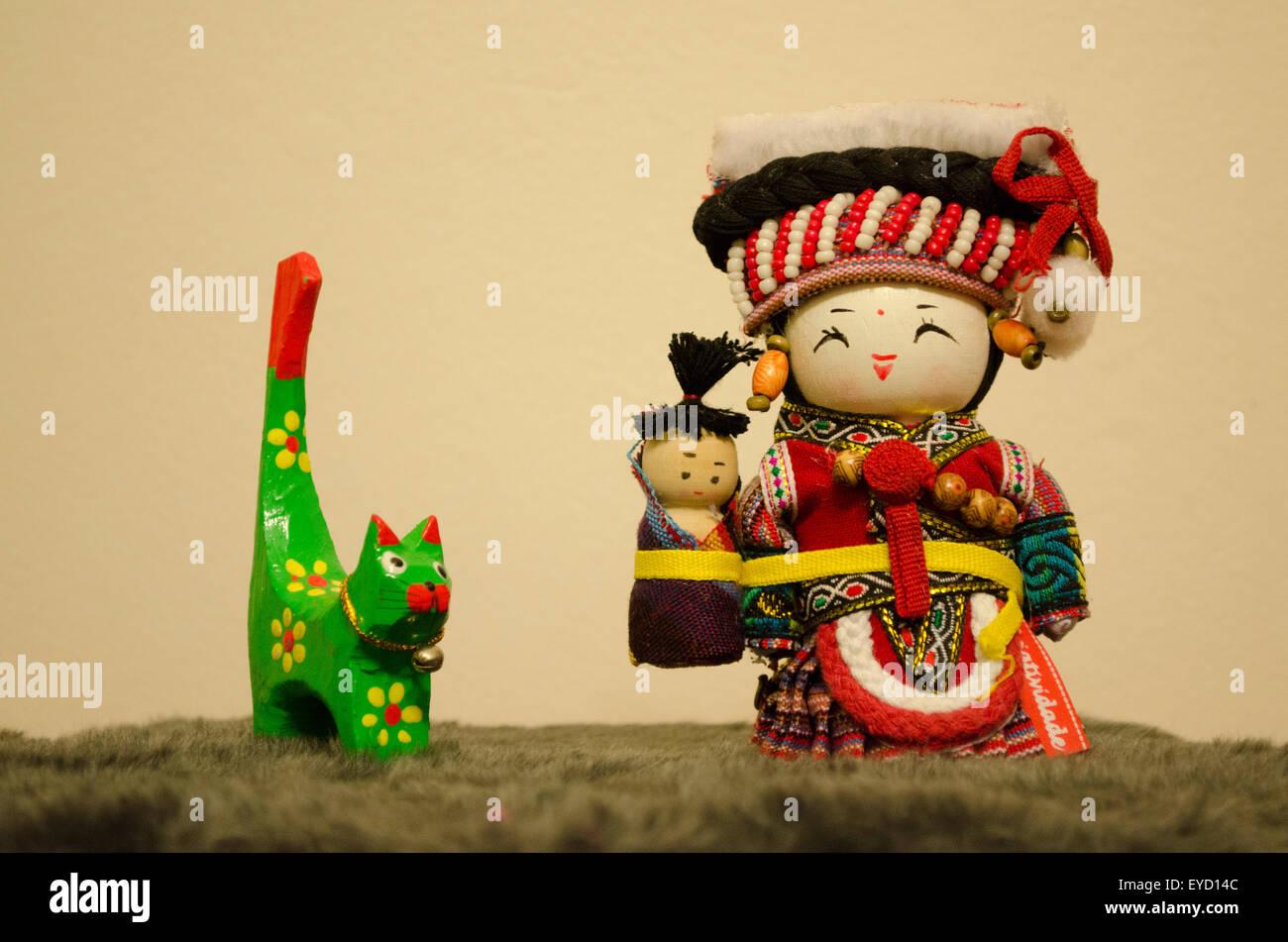 Poupée chinoise avec un bébé et son chat artistique en bois Photo Stock