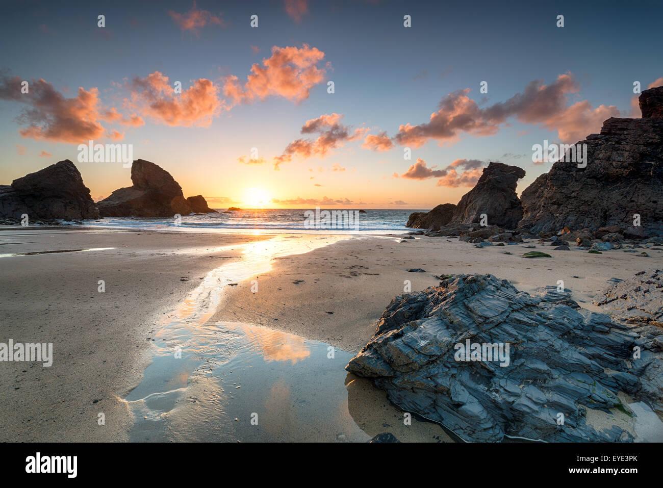 Coucher du soleil à Porthcothan Bay sur la côte nord des Cornouailles Photo Stock