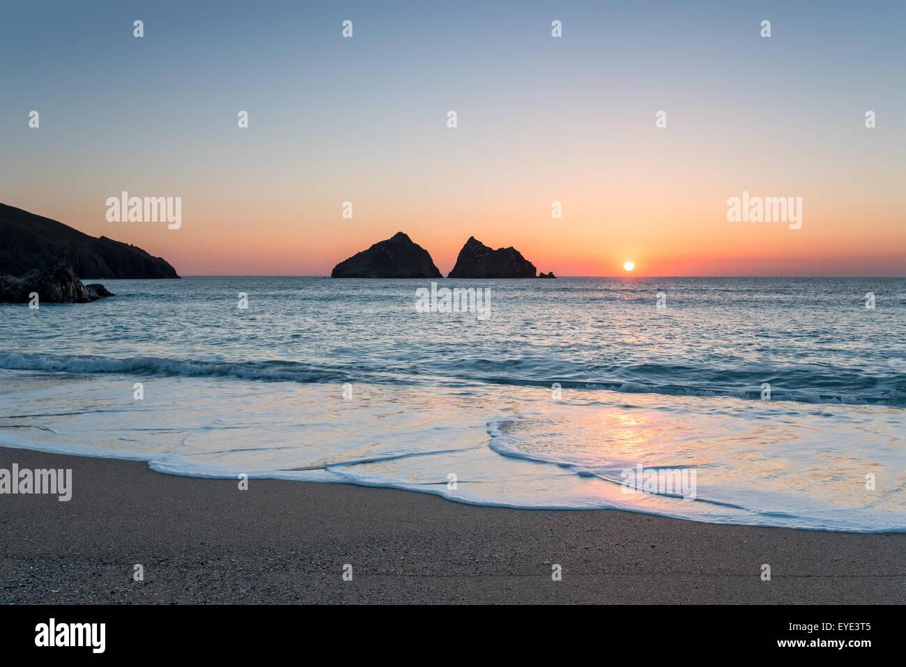 Beau coucher du soleil à Baie de Holywell, une grande plage de sable près de Newquay en Cornouailles Photo Stock