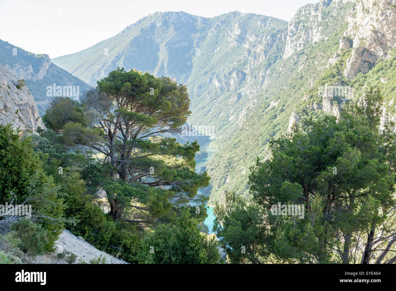 La partie inférieure des gorges du Verdon vu d'un point de vue de la route qui mène au village de Photo Stock