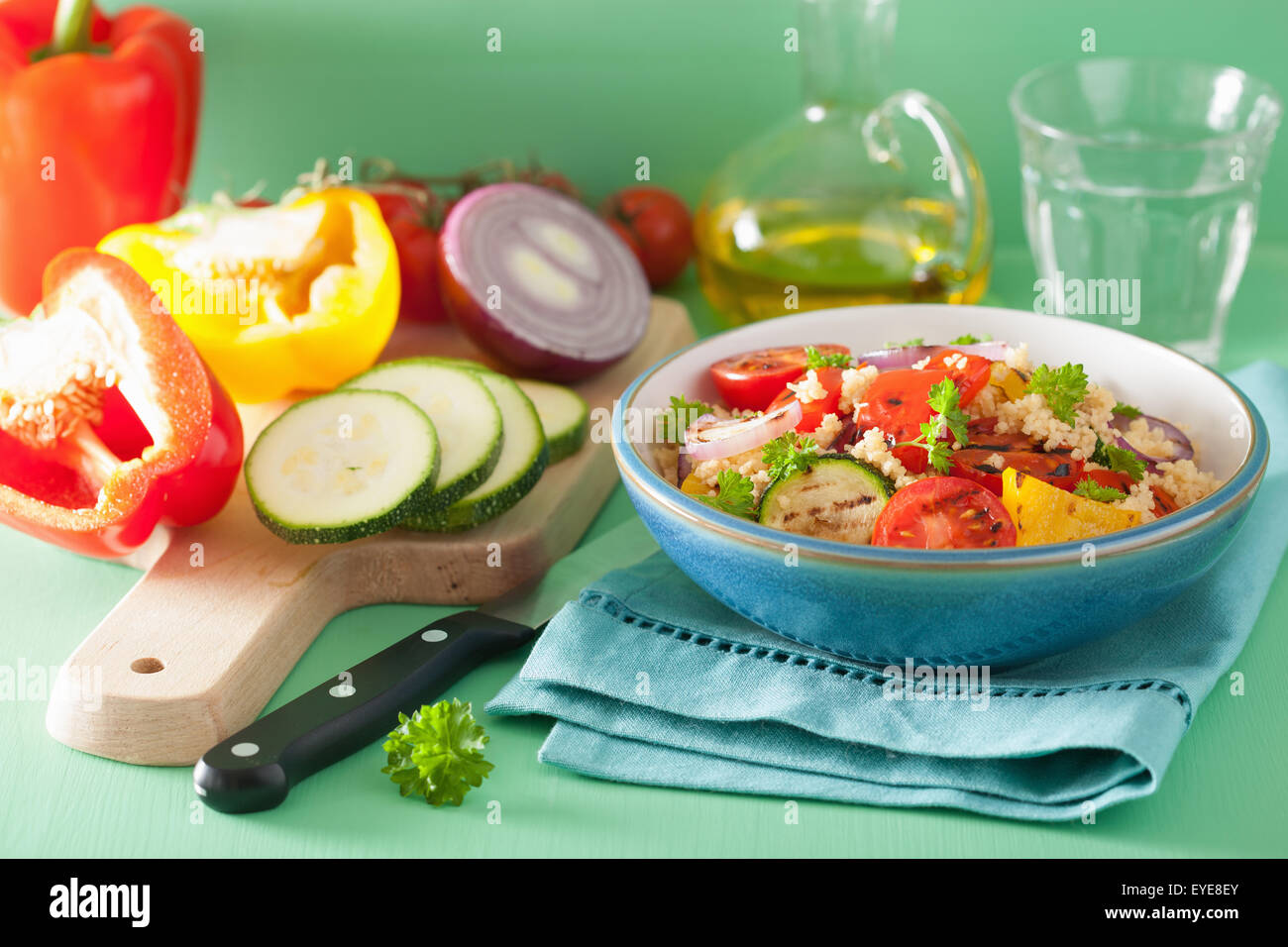 Salade de couscous en bonne santé avec le poivre tomates oignon courgettes Photo Stock