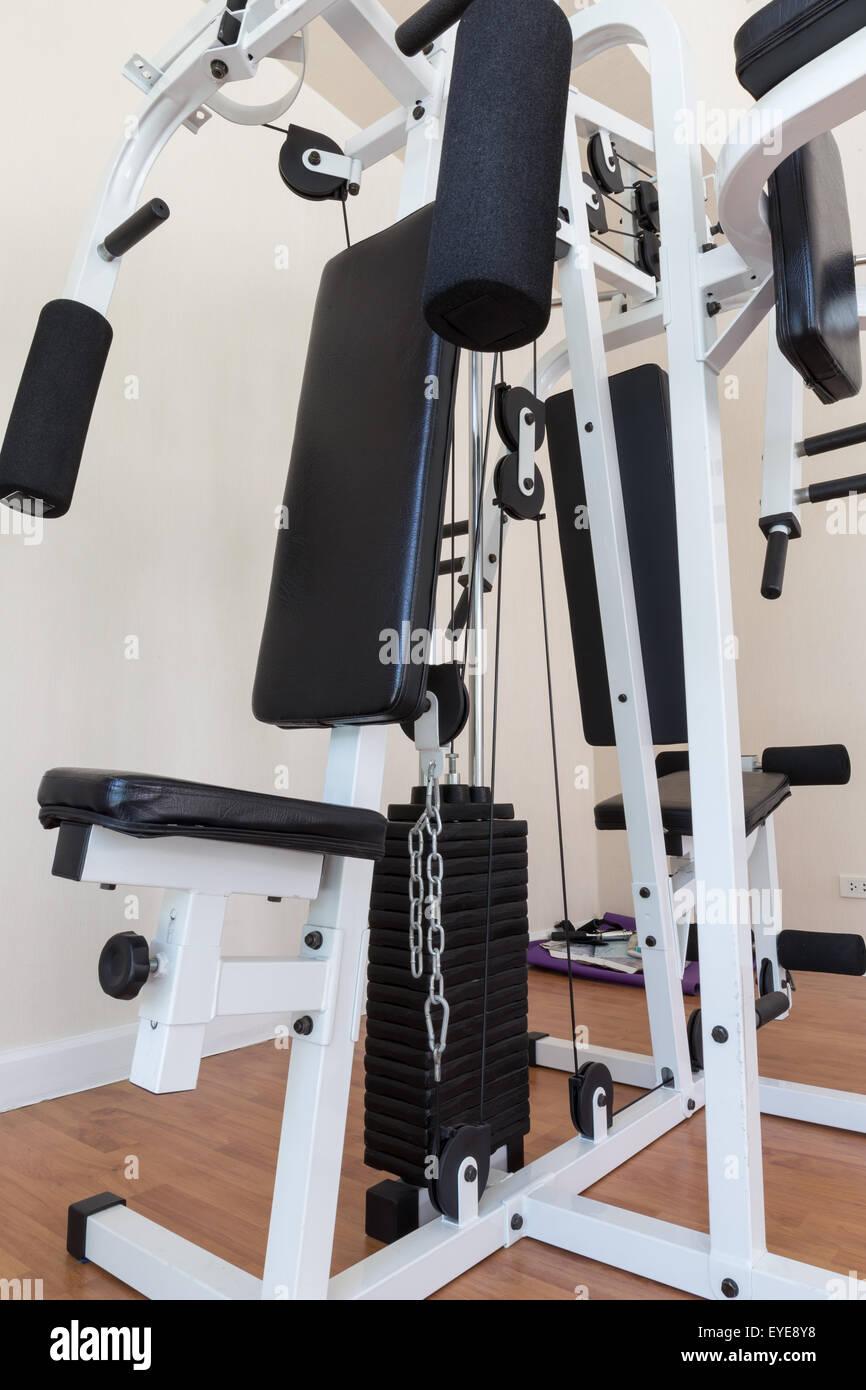 La formation de poids et de l'équipement de sport dans la machine Photo Stock