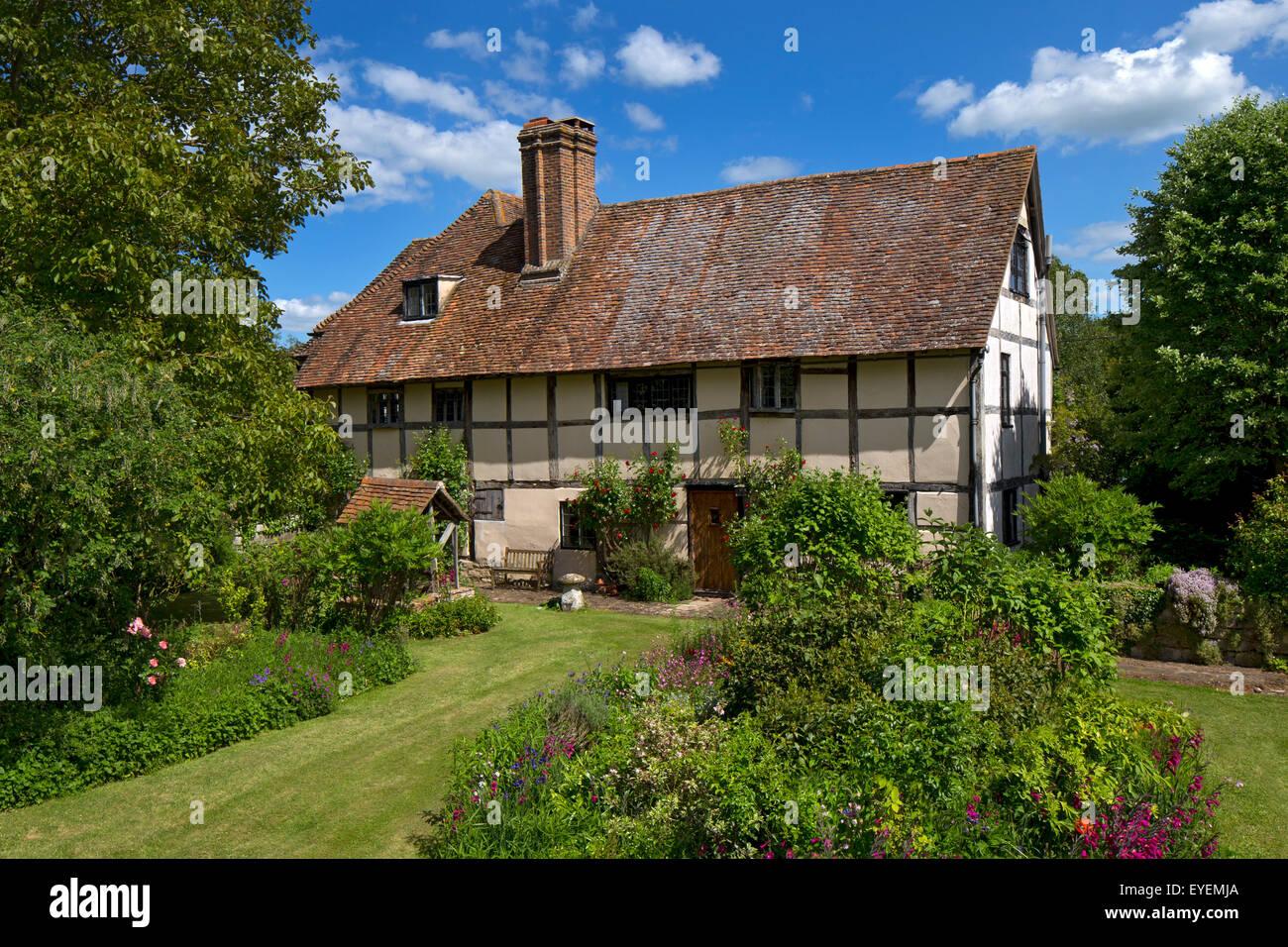 Vieux manoir anglais avec fleur d'été Boarder Photo Stock