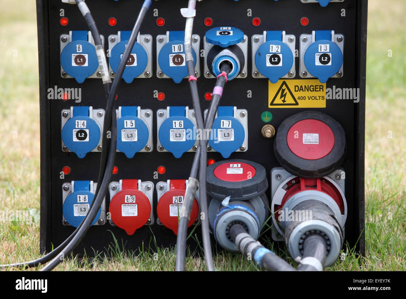 Gestion de l'alimentation de l'électricité à l'extérieur de la boîte de jonction Photo Stock