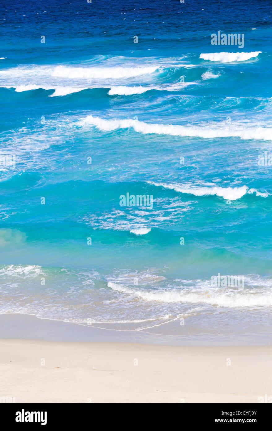 Vagues se brisant sur la plage. Banque D'Images