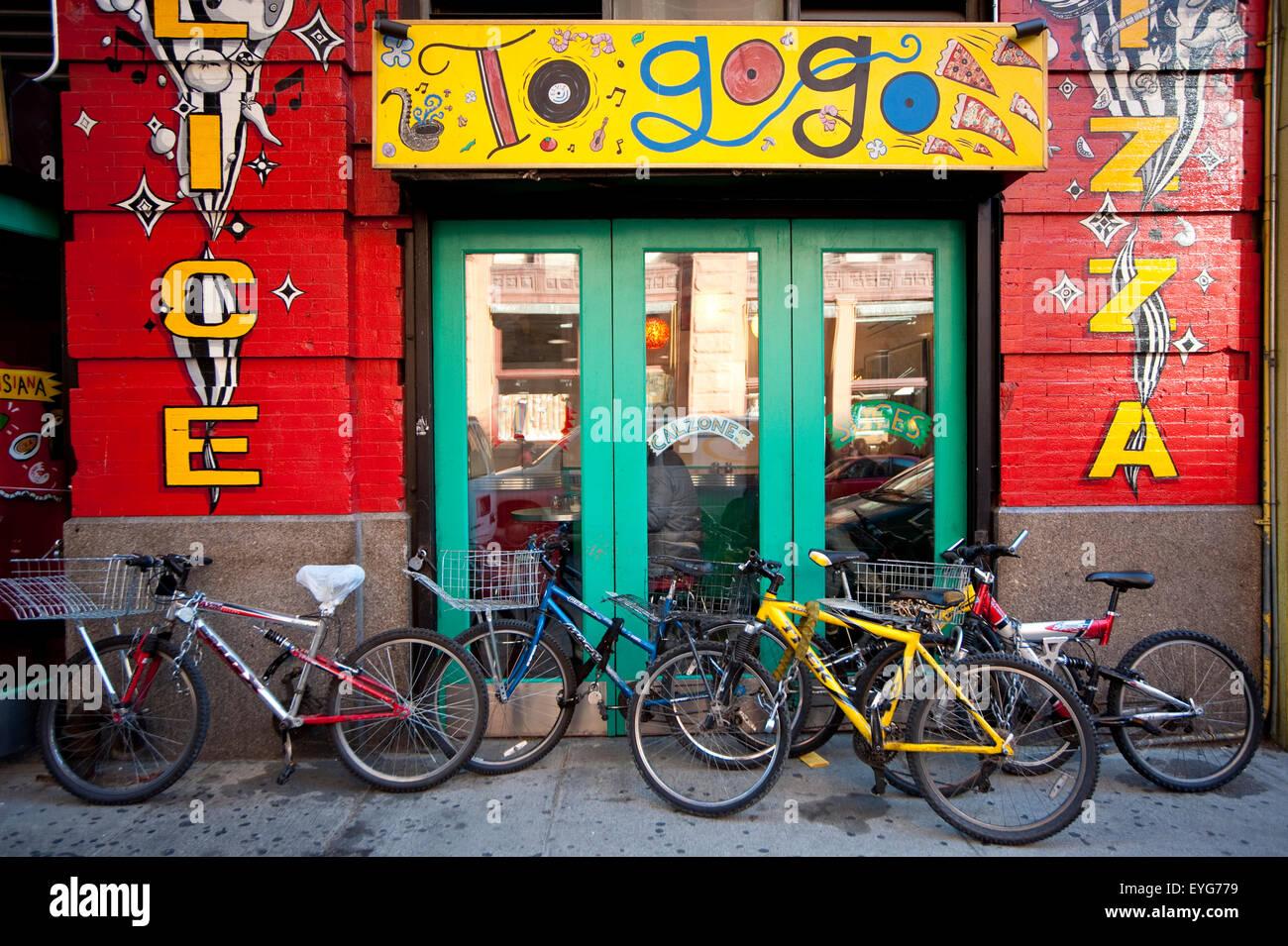 Bicyclettes à l'extérieur d'une pizzeria dans le West Village, à Manhattan, New York, USA Photo Stock